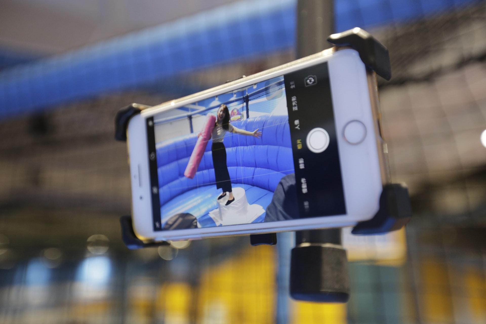 【貼士】每個玩樂設施附近都有一個手機架,大家可以將手機夾上去,將玩樂過程全記錄!(龔嘉盛攝)