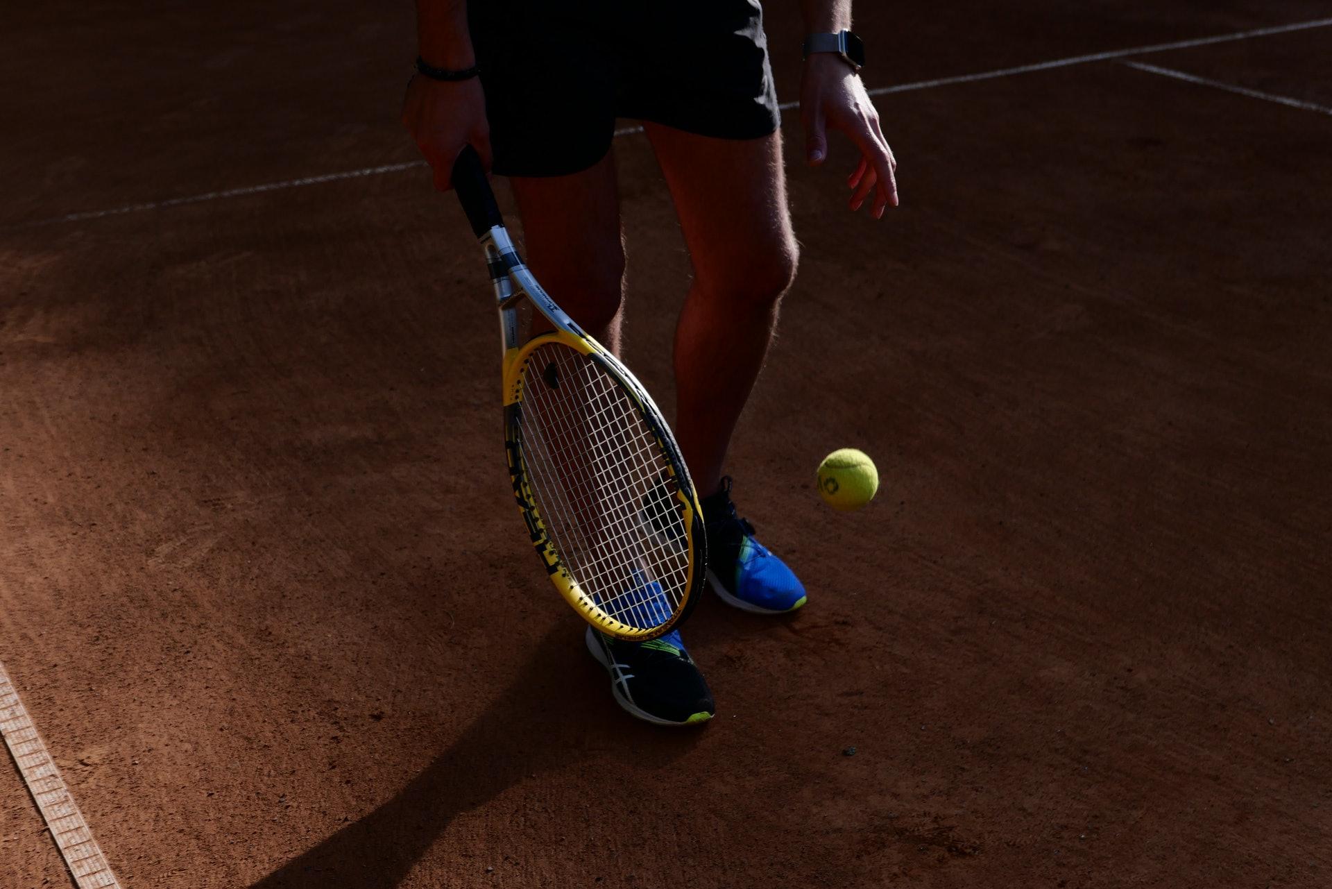 球類運動依靠身體單邊使力,慣性重複運動下,亦會導致肩膀高低不一。(kirillzharkiy/unsplash)