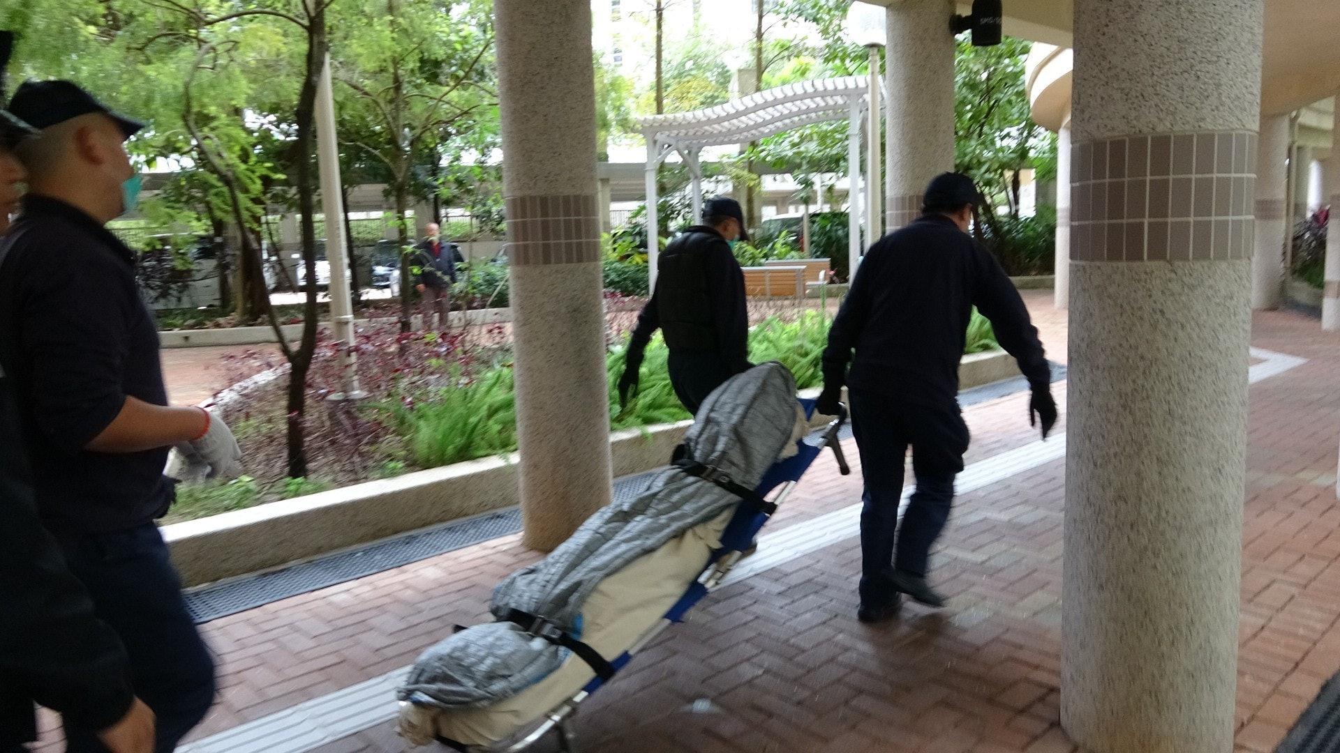 消防員接破門後,發現被告趙麗霞的兒子黎裕帆躺在沙發上,已無生命跡象。(資料圖片)