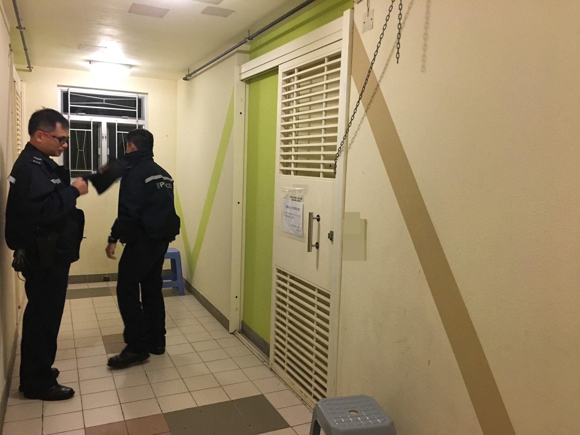 警員到單位調查,但門上鎖,需要消防員破門入屋。(資料圖片)(資料圖片)