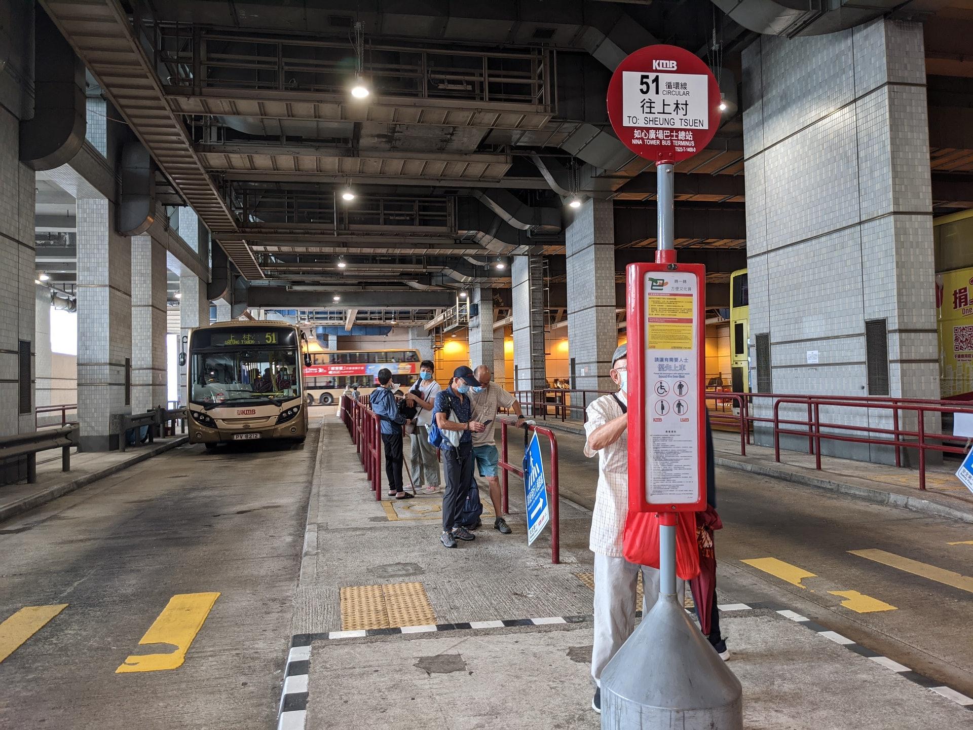 如心廣場下面的巴士總站,鄰近荃灣西巴士總站,大家千萬不要搞錯。而進去第二個位置就是51號巴士停泊處。(李琬瑩攝)