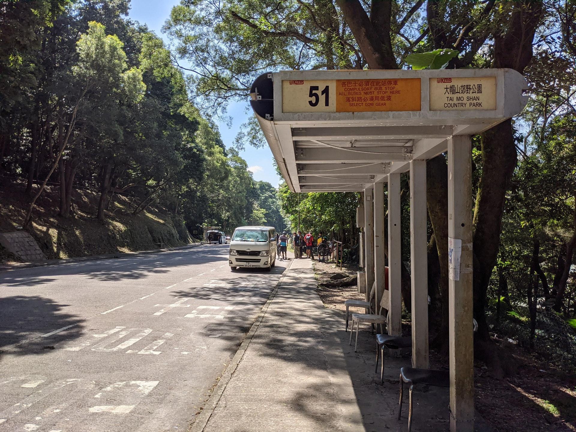乘搭51號巴士由荃灣西到大帽山郊野公園只需約20分鐘,下車後便走回頭。(李琬瑩攝)