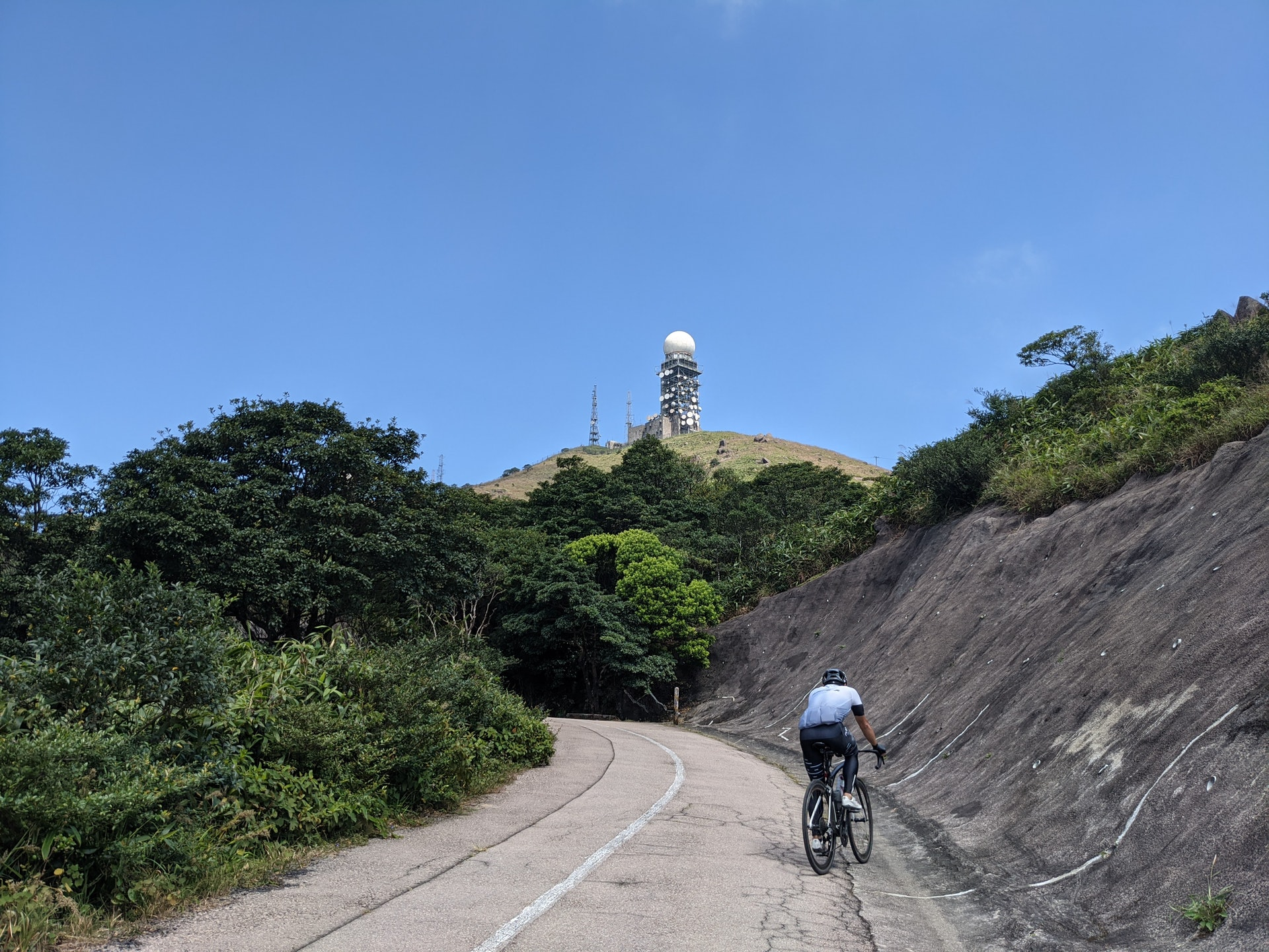 除了行山和練跑,更有意志堅定的單車手努力往上,令人十分佩服。大家聽到單車的聲音,記得禮讓。(李琬瑩攝)