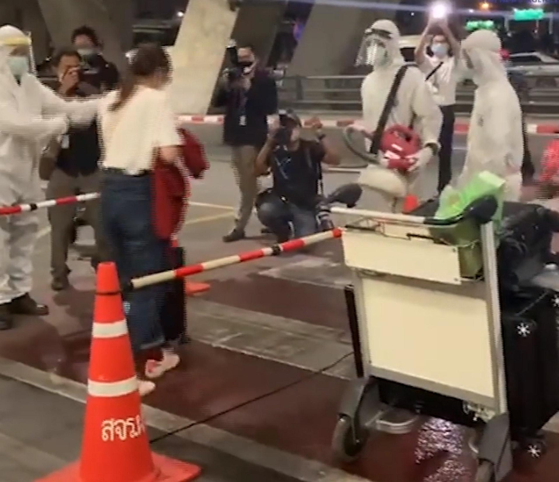 41名ä¸-國遊客離開機å′後隨å3被帶往指定å′所隔離14天。(影片æˆa圖)