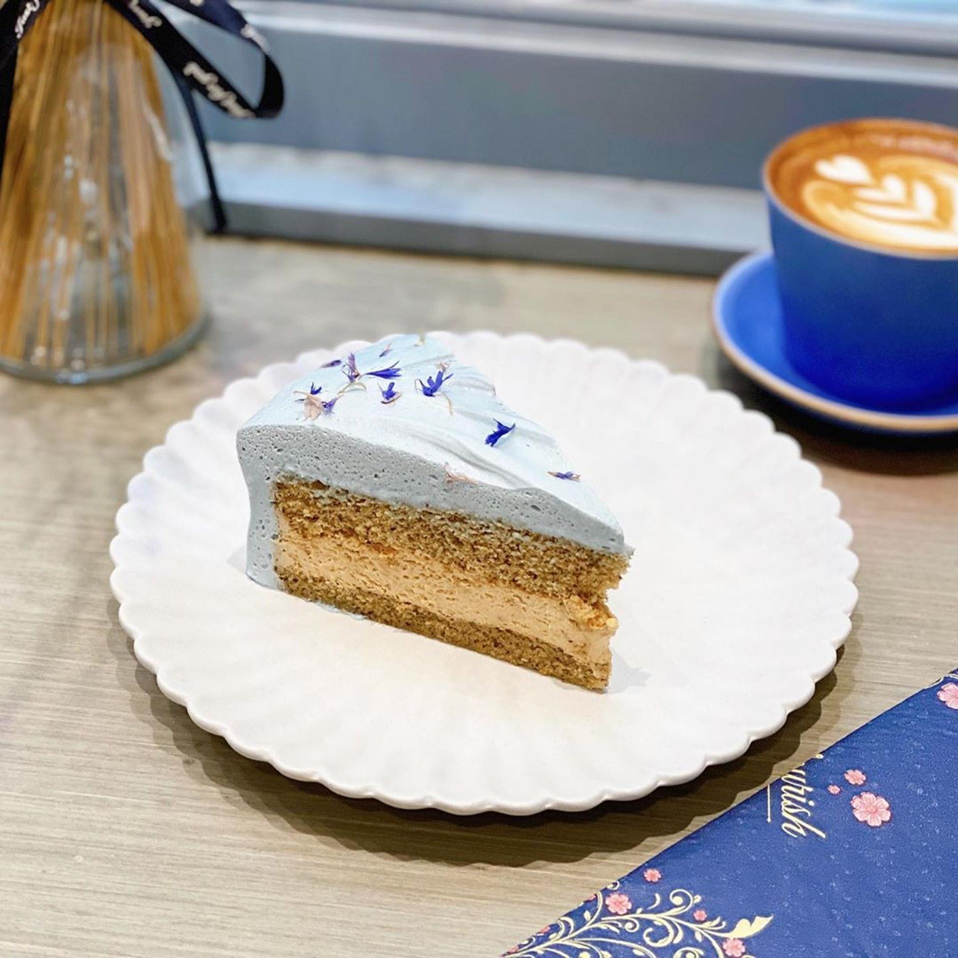 招牌伯爵茶蛋糕($72),粉藍色的忌廉蛋糕非常特別,原來是由碟豆花製成。(ig@ lazyprincessanthea)
