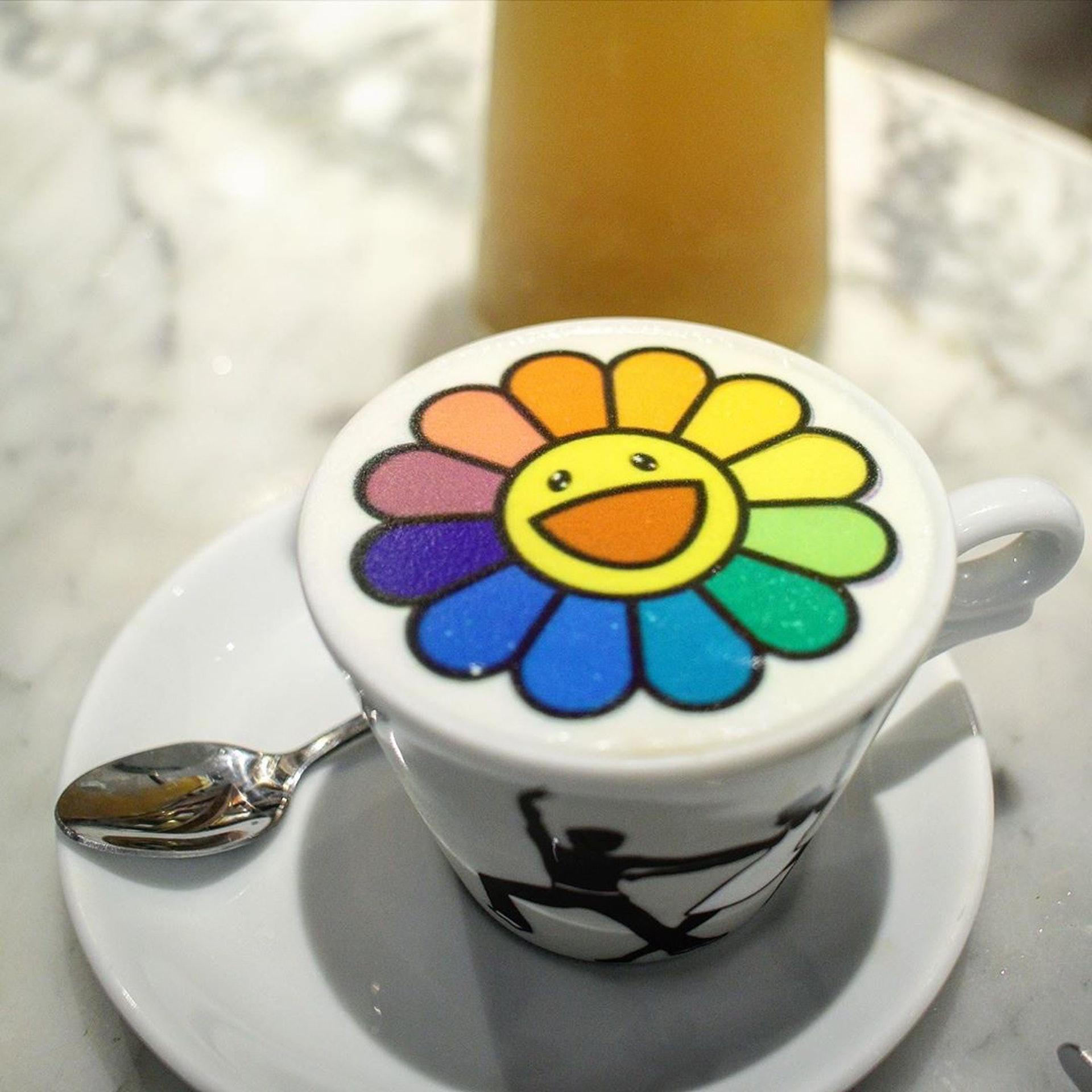 村上隆太陽花圖案咖啡。(ig@ mudmudfollow)