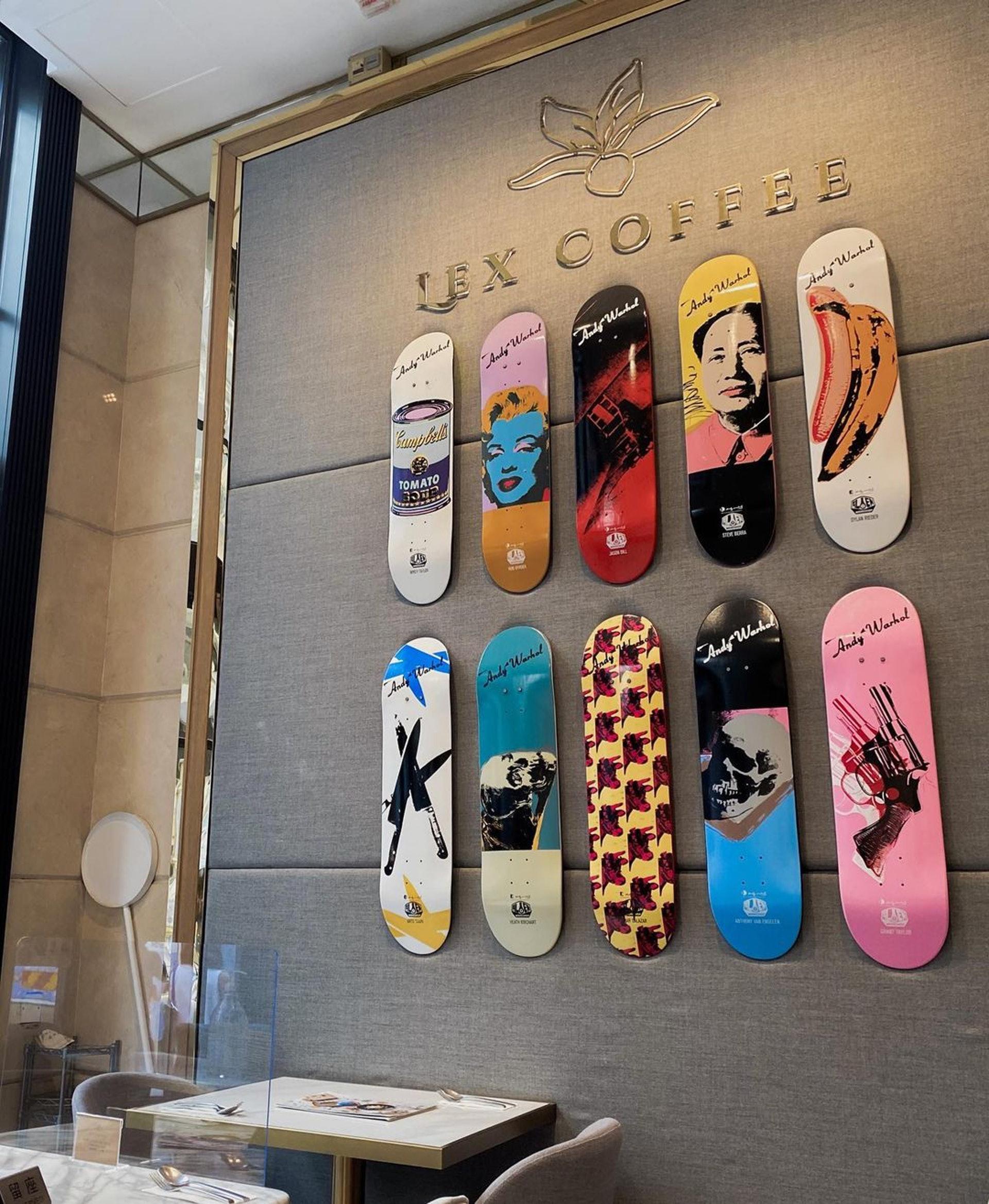 牆上掛滿色彩繽紛的滑板、畫作等。(ig@ sophiaachung)
