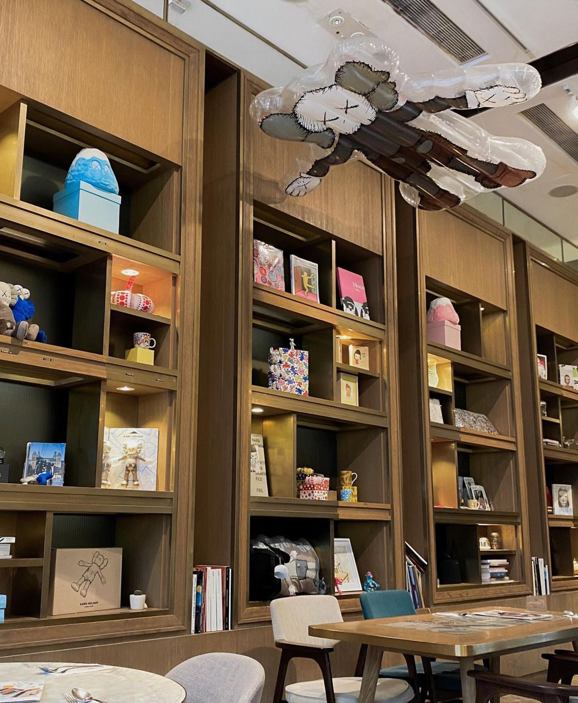 櫃子上放滿藝術精品做裝飾,客人也可以行逛,如果看中了就可以買走。(ig@ sophiaachung)