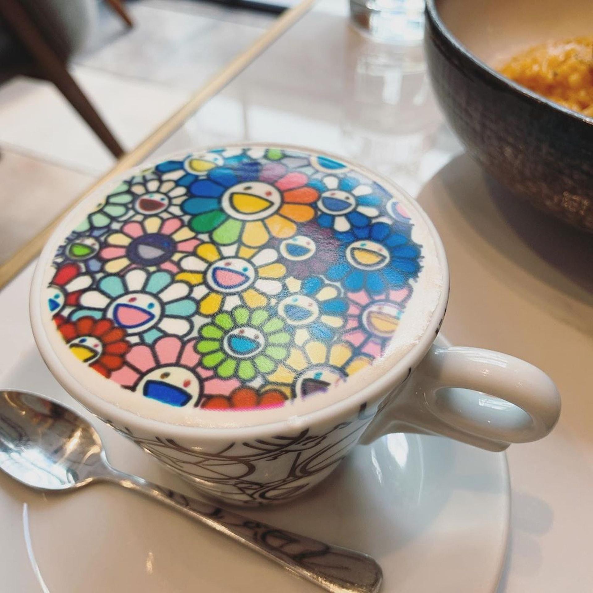 村上隆太陽花圖案咖啡。(ig@ icylvckg)