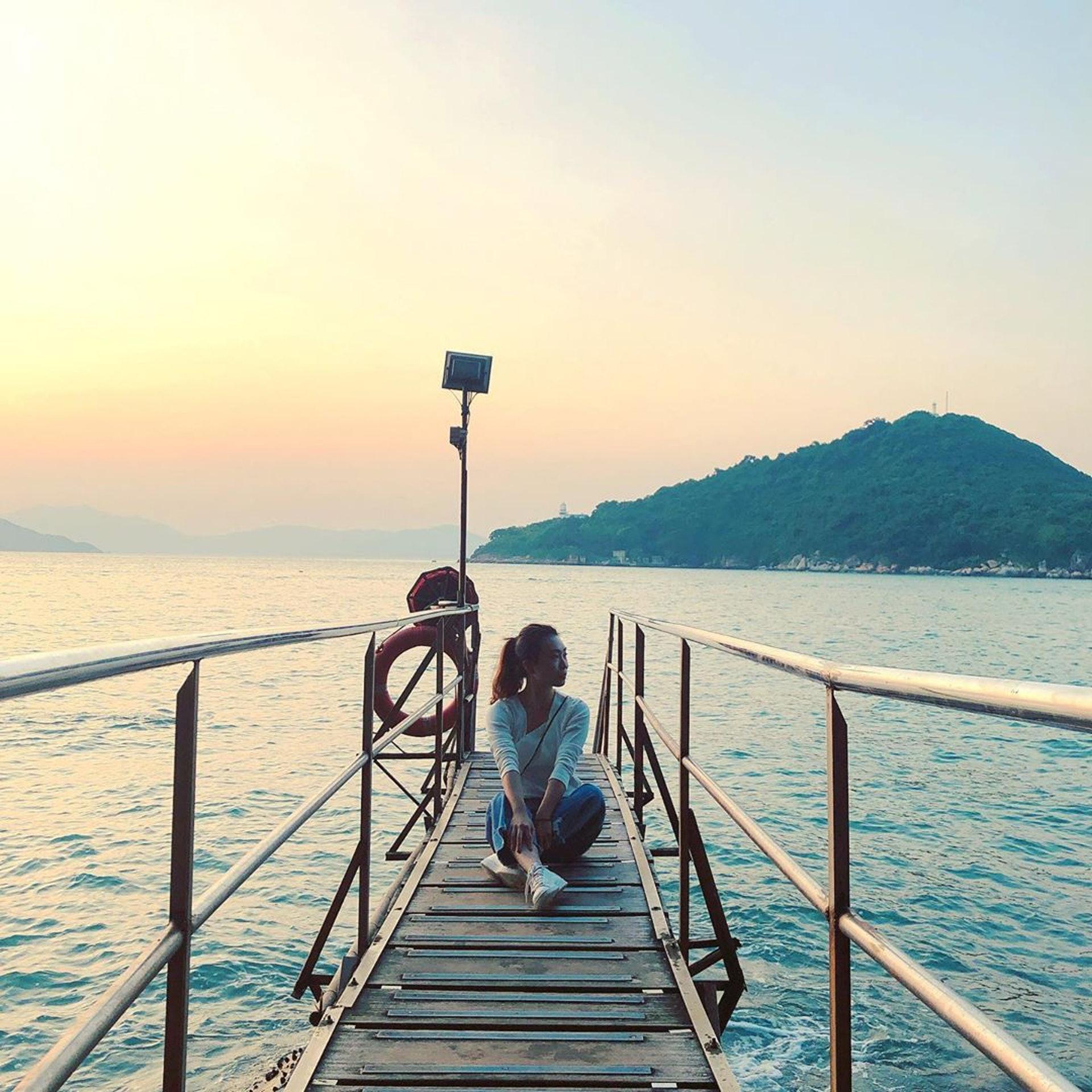 坐在木橋上影就更有憂鬱的感覺,(ig@ luibobo)