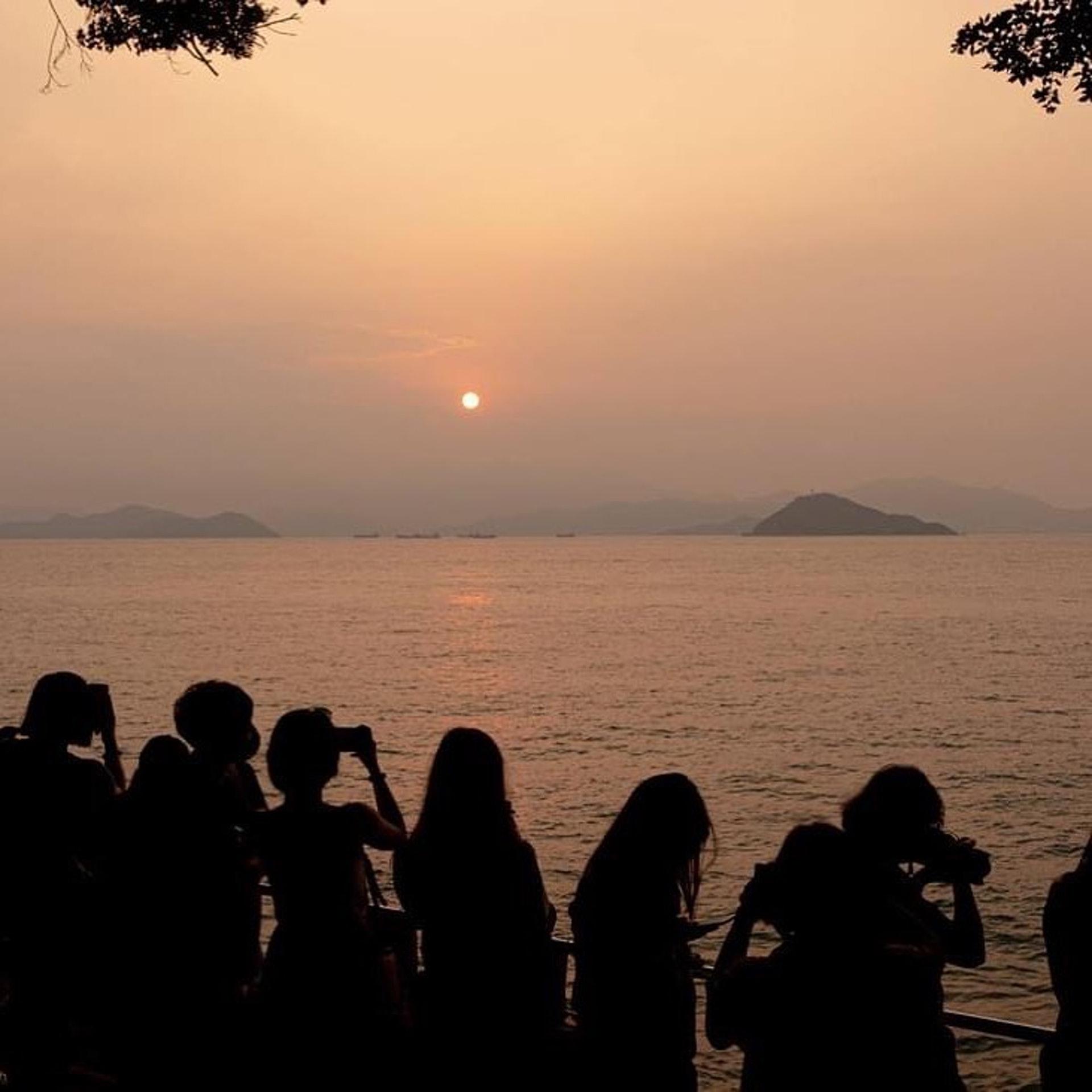 不少人會停留在泳棚附近睇日落,此時影逆光照就有夕陽無限好的感覺。(ig@ chanwaihungjack201)