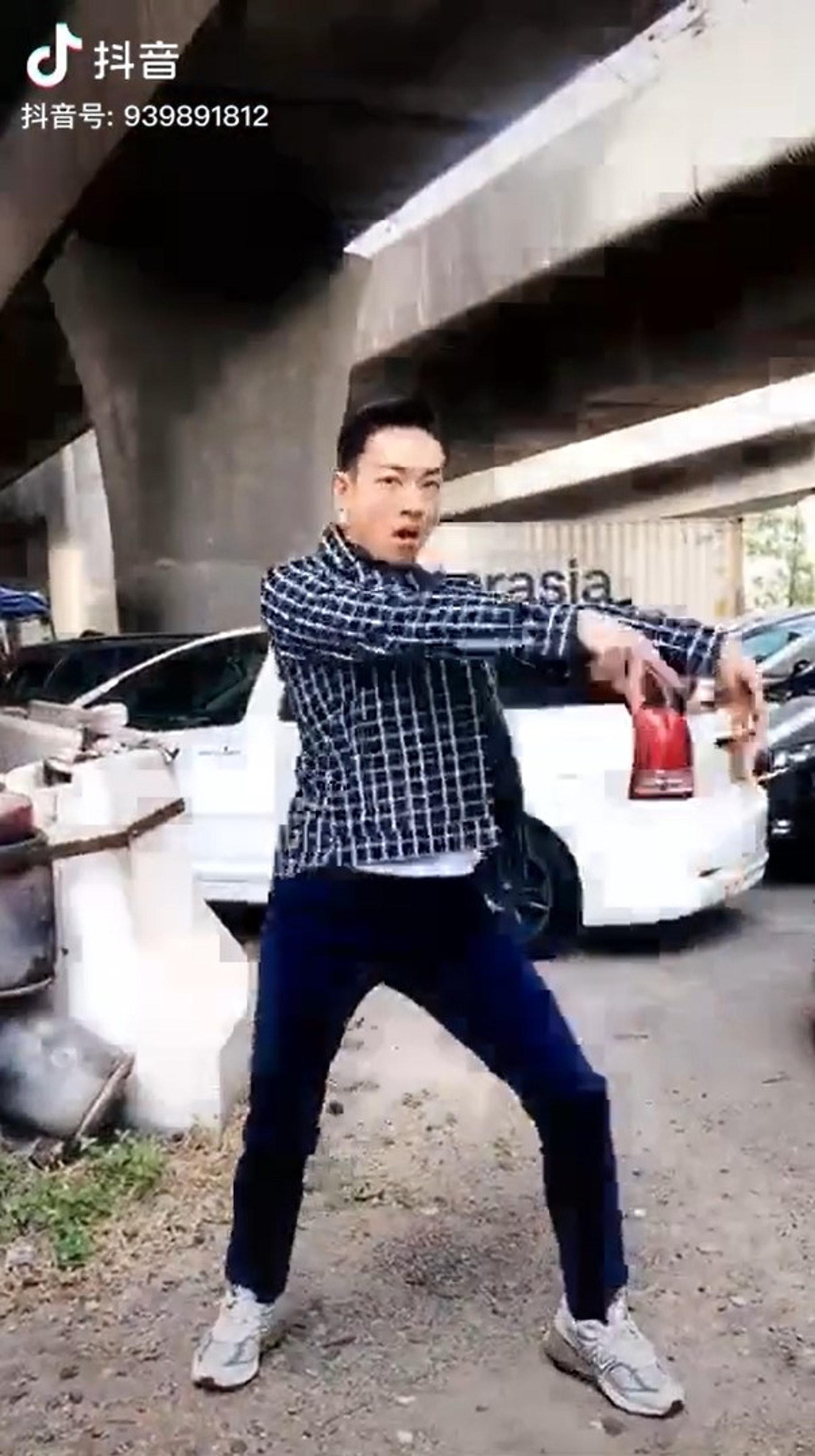 梁競徽在天橋底下的室外停車場突然興致大發,拍片大跳「抖音舞」。(梁競徽抖音)