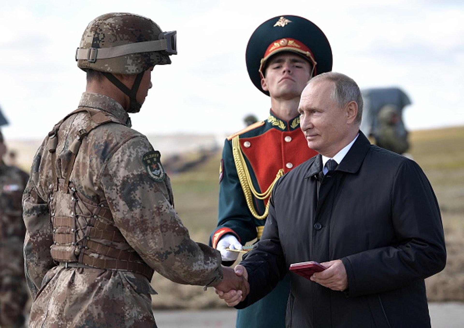 2018年9月13日,俄羅斯總統普京親自向參加東方2018聯合軍演的中國軍人頒發獎章。從普京第三任期開始,俄中雙方的軍事合作迅速發展。其合作互信之緊密,導致部分西方輿論甚至出現了「俄中可能結成新軍事同盟」的擔憂之聲。(GettyImages)