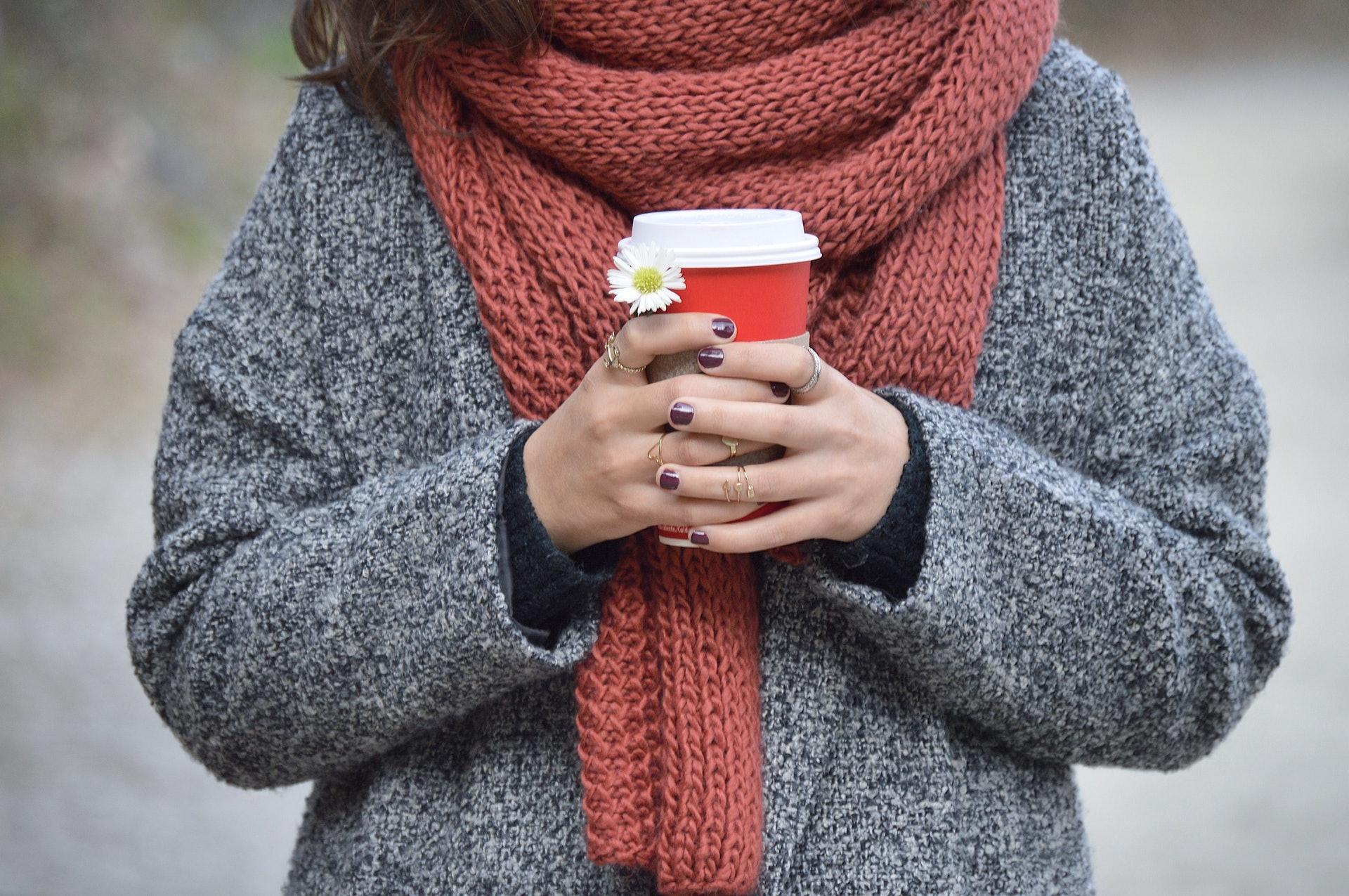 人體有六個部位比較容易受到寒邪侵襲,包括頭部、後頸、腹部、腰部、膝部及足底。(Unsplash)