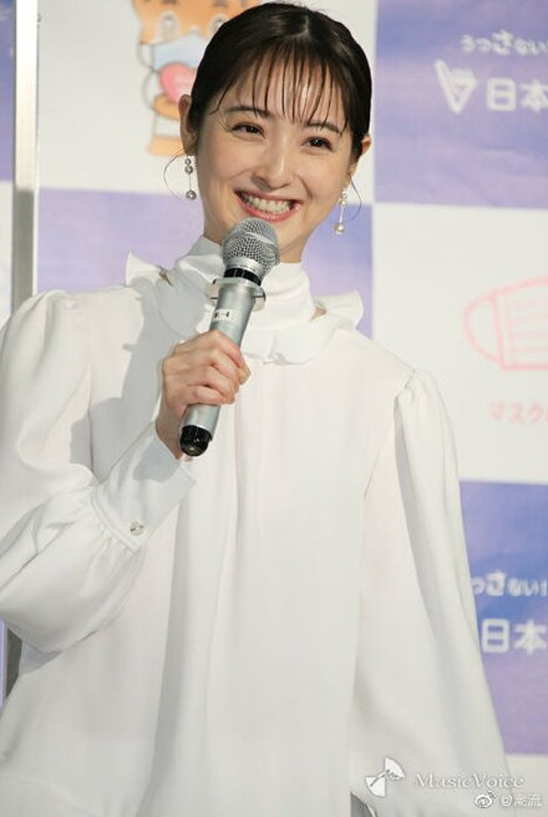 日前佐佐木希出席公開活動,但就被指樣貌憔悴,更驚現魚尾紋!(微博@潮流)