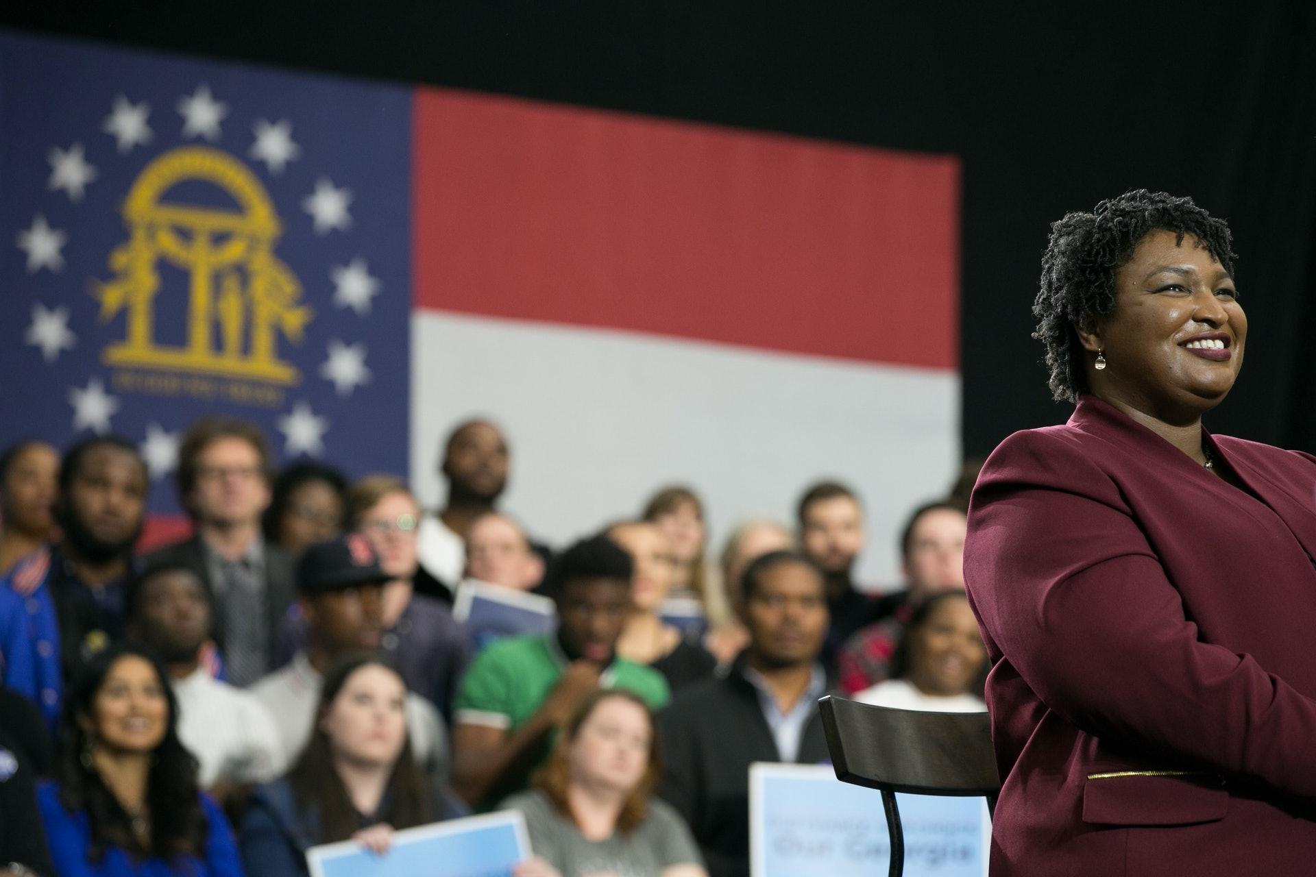 有人說要歸功艾布拉姆斯近年的深耕細作。她是耶魯大學法學院畢業生,是稅務律師,出任喬治亞州眾議員十年,並曾擔任喬治亞州眾議院少數黨領袖。2018年,艾布拉姆斯代表民主黨競逐州長寶座,一躍成為黨內新星。圖為2018年11月2日,艾布拉姆斯於亞特蘭大出席競選集會。(Getty Images)
