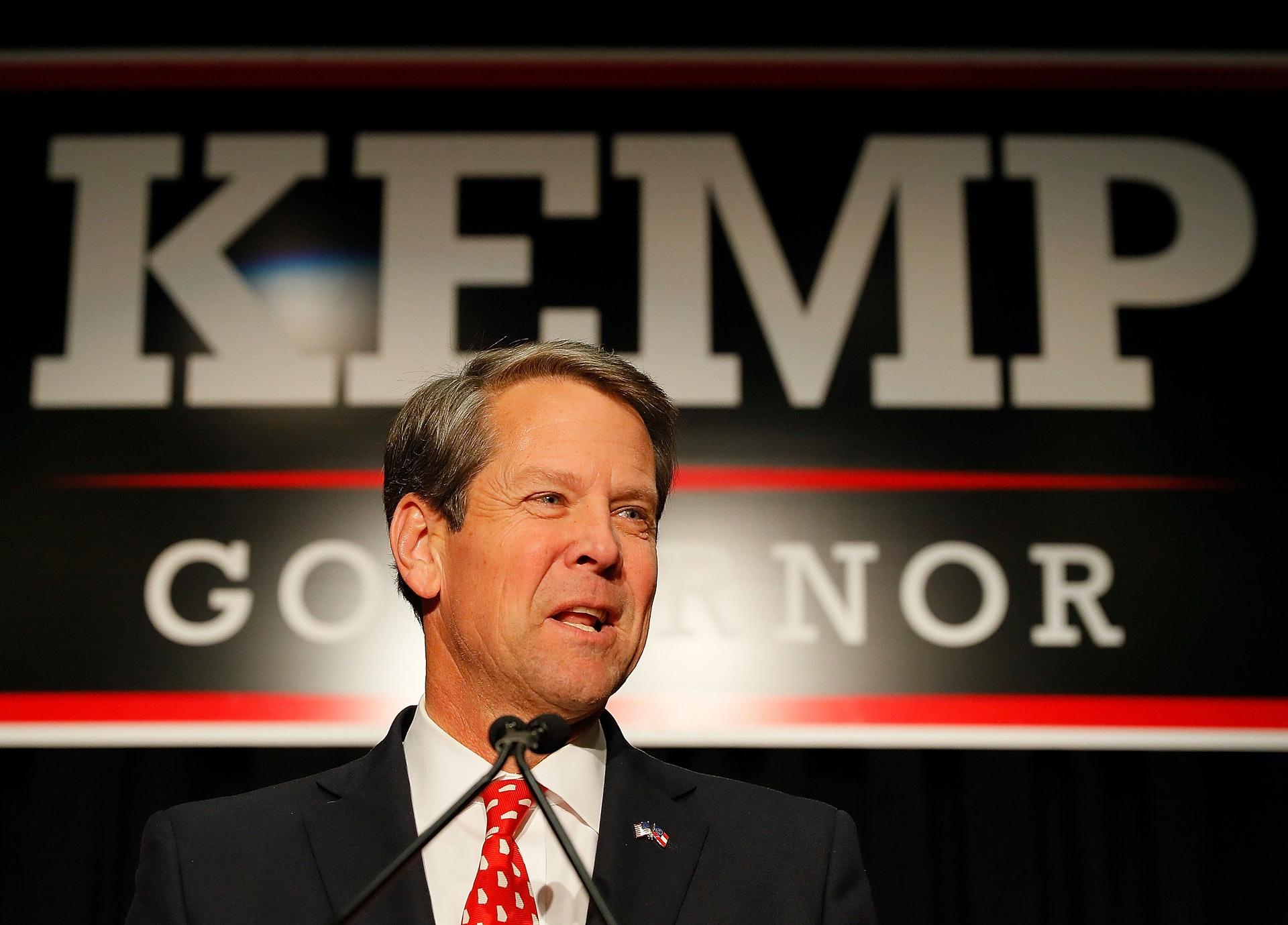 艾布拉姆斯當年以1.5個百分點的差距落敗給共和黨候選人肯普(Brian Kemp)。不過民主黨和艾布拉姆斯的競選團隊指控身兼州務卿的肯普壓制選民,例如未有進行選民登記程序、大規模取消登記選民資格、關閉票站等,影響部份非裔選民。圖為2018年11月6日,肯普於喬治亞州出席選舉夜活動。(Getty Images)