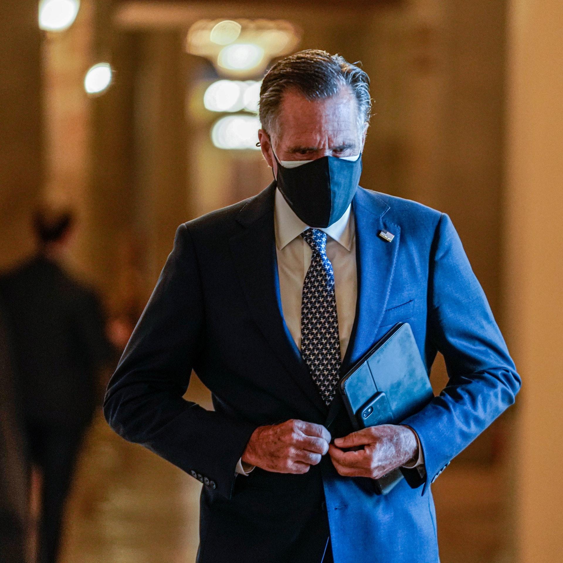 圖為10月22日共和黨參議員羅姆尼在國會山莊前往參議院投票。(Reuters)