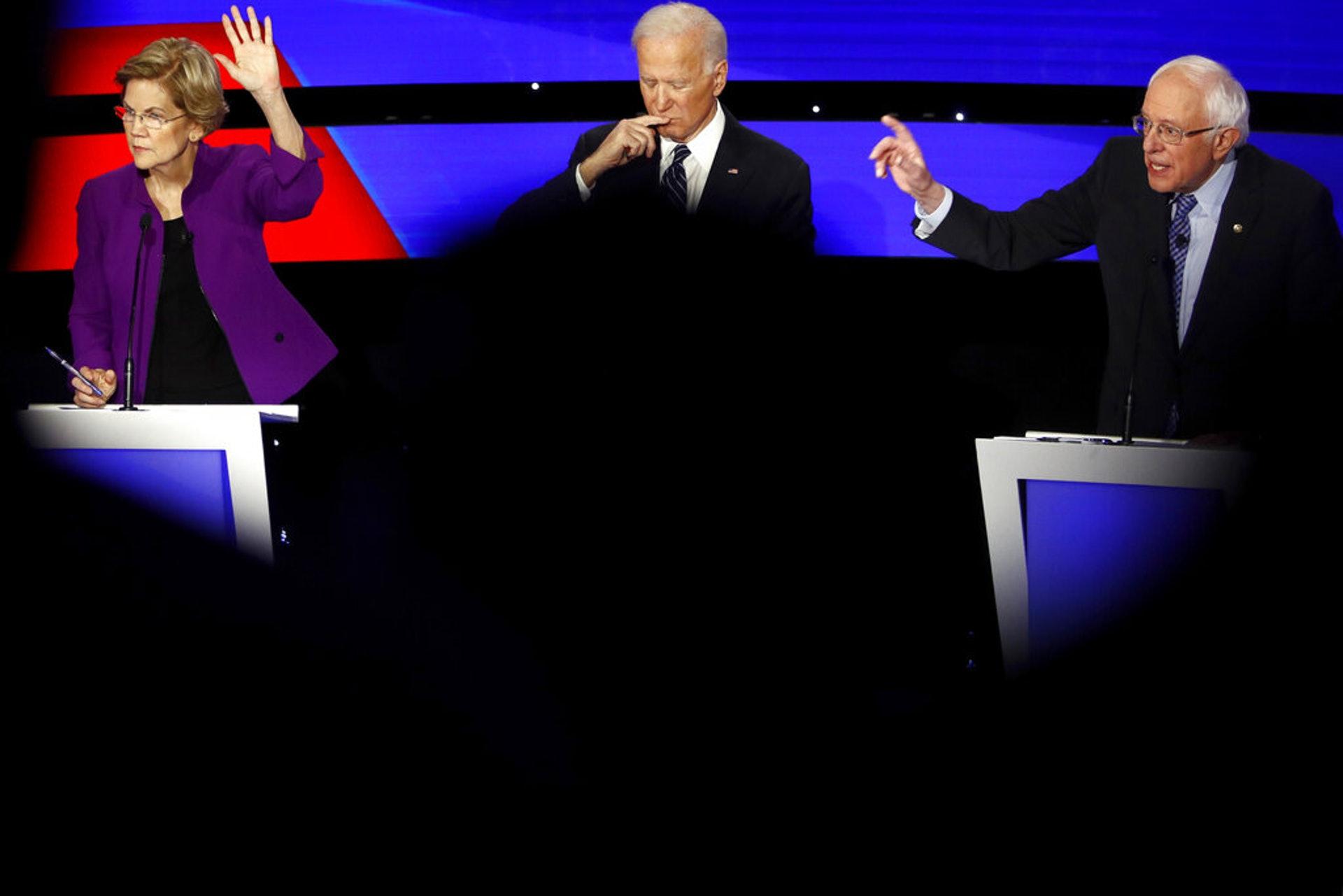 拜登內閣人選2:沃倫何以可能是拜登內閣財政部長的選擇之一?沃倫除了是議員,亦是財務專家,她在初選時說出的、涉及美國人財政的計劃,比其他候選人都詳細。圖為麻省參議院沃倫(左一)1月14日民主黨初選進行期間,與對手桑德斯(右一)一同舉手準備回答問題。(AP)