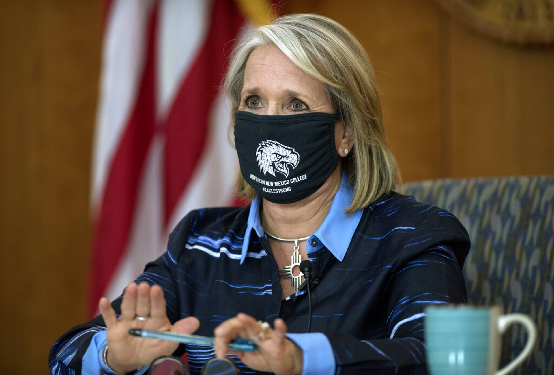拜登內容人選4:拉丁裔的新墨西哥州長格里沙姆被視為有可能成為執掌美國衞生與公眾服務部的人。衞生與公眾服務部將接手解決新型冠狀病毒肺炎的工作,責任重大。圖為2020年7月23日,格里沙姆在聖菲進行其每周疫情記者會,對外講解疫情更新資訊。(AP)