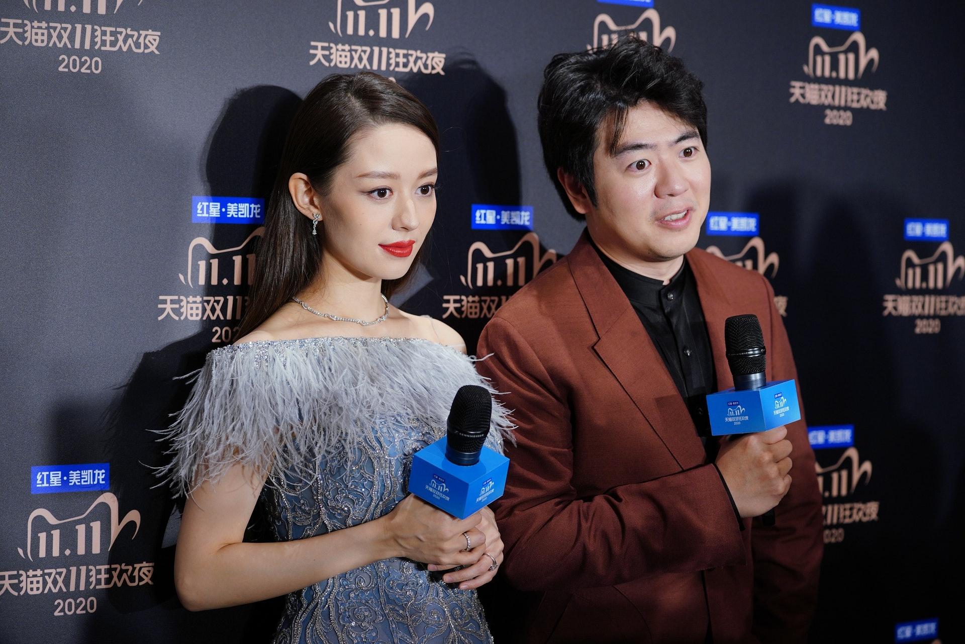 郎朗帶同老婆吉娜愛麗絲一起出席活動。(視覺中國)