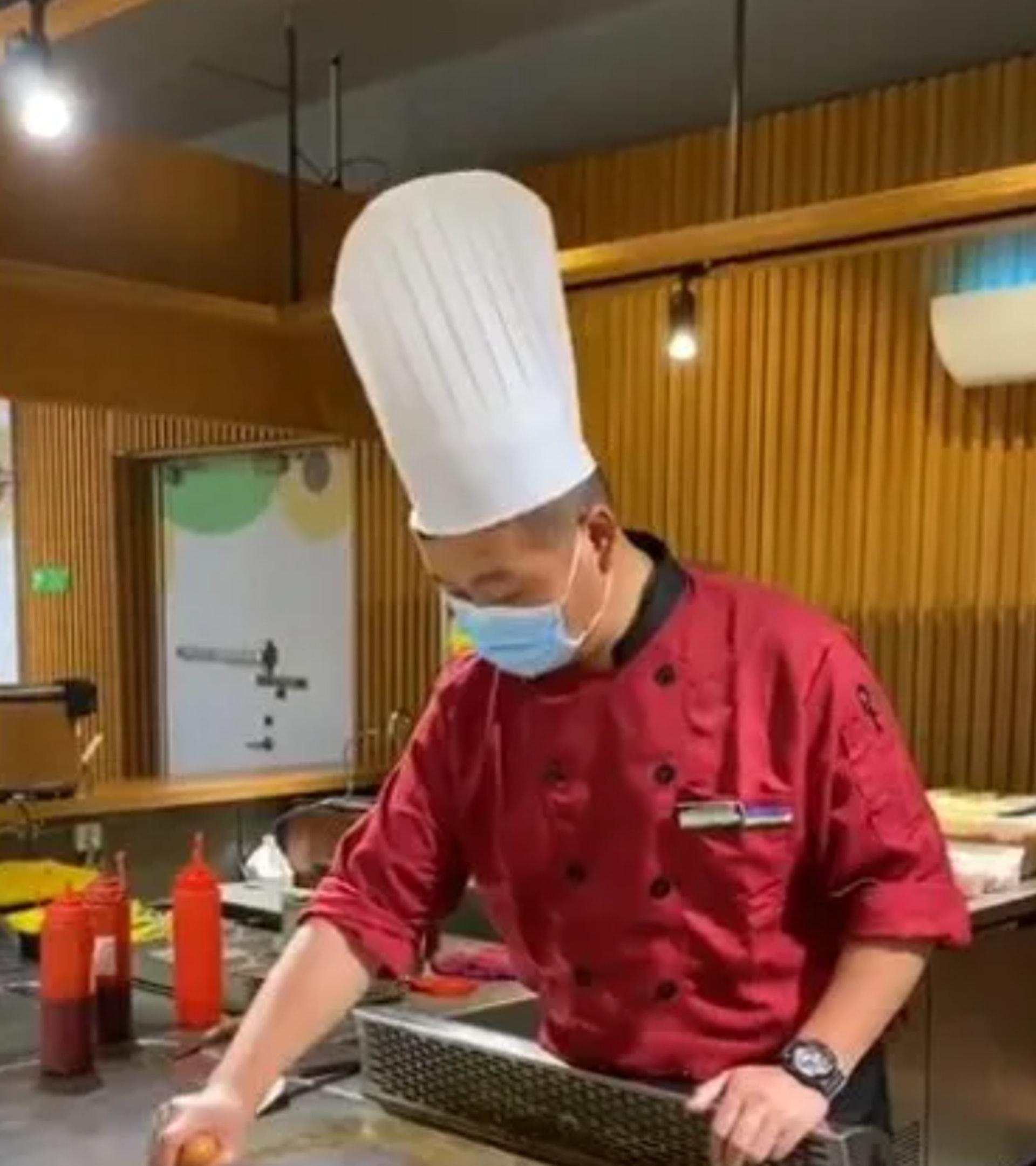 用腸仔雞蛋擺出「100分」來安慰食客的彭師傅。(長江日報)