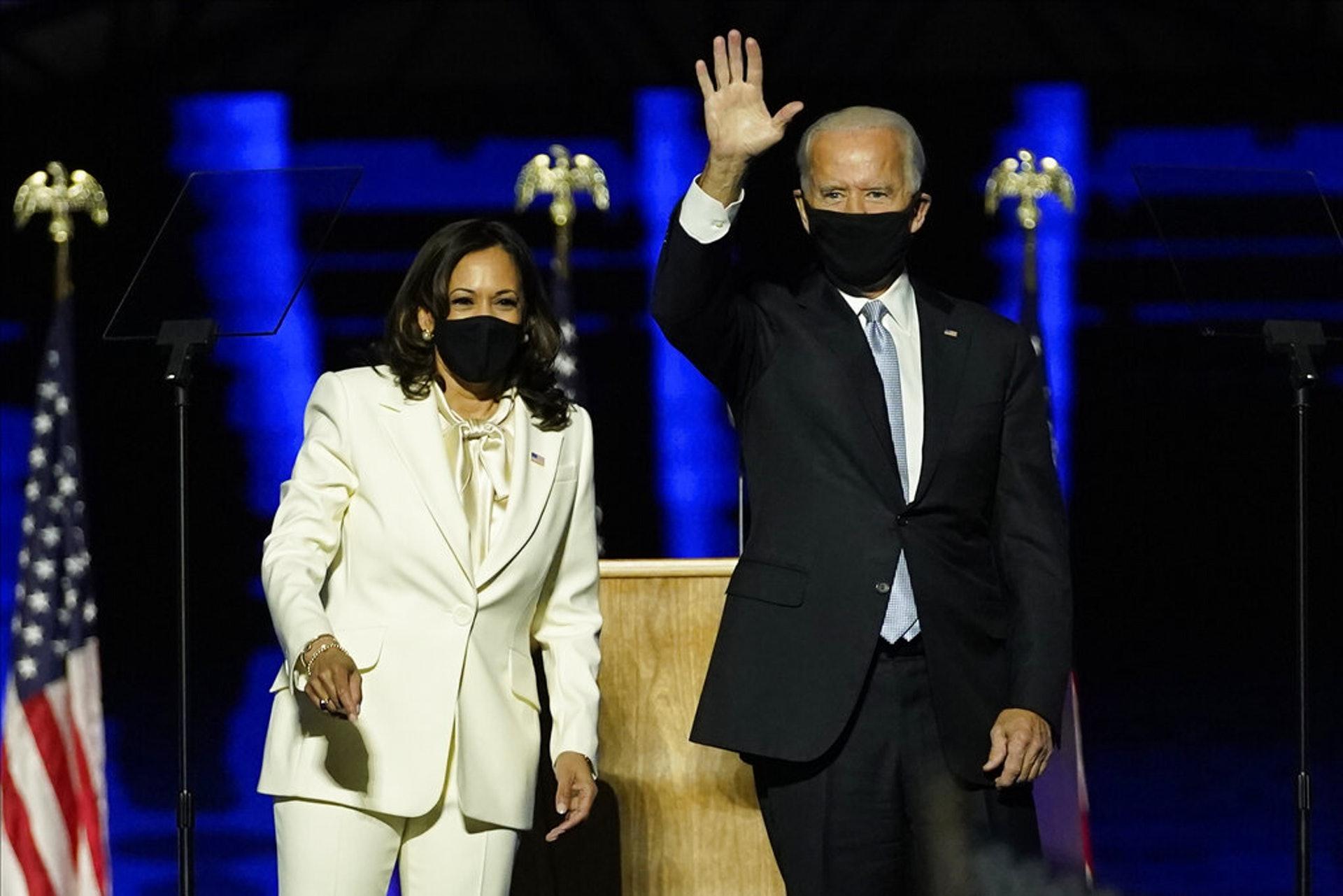 美國民主黨總統候選人拜登及其副手賀錦麗於11月7日在達拉華州威爾明頓發表講話。(AP)