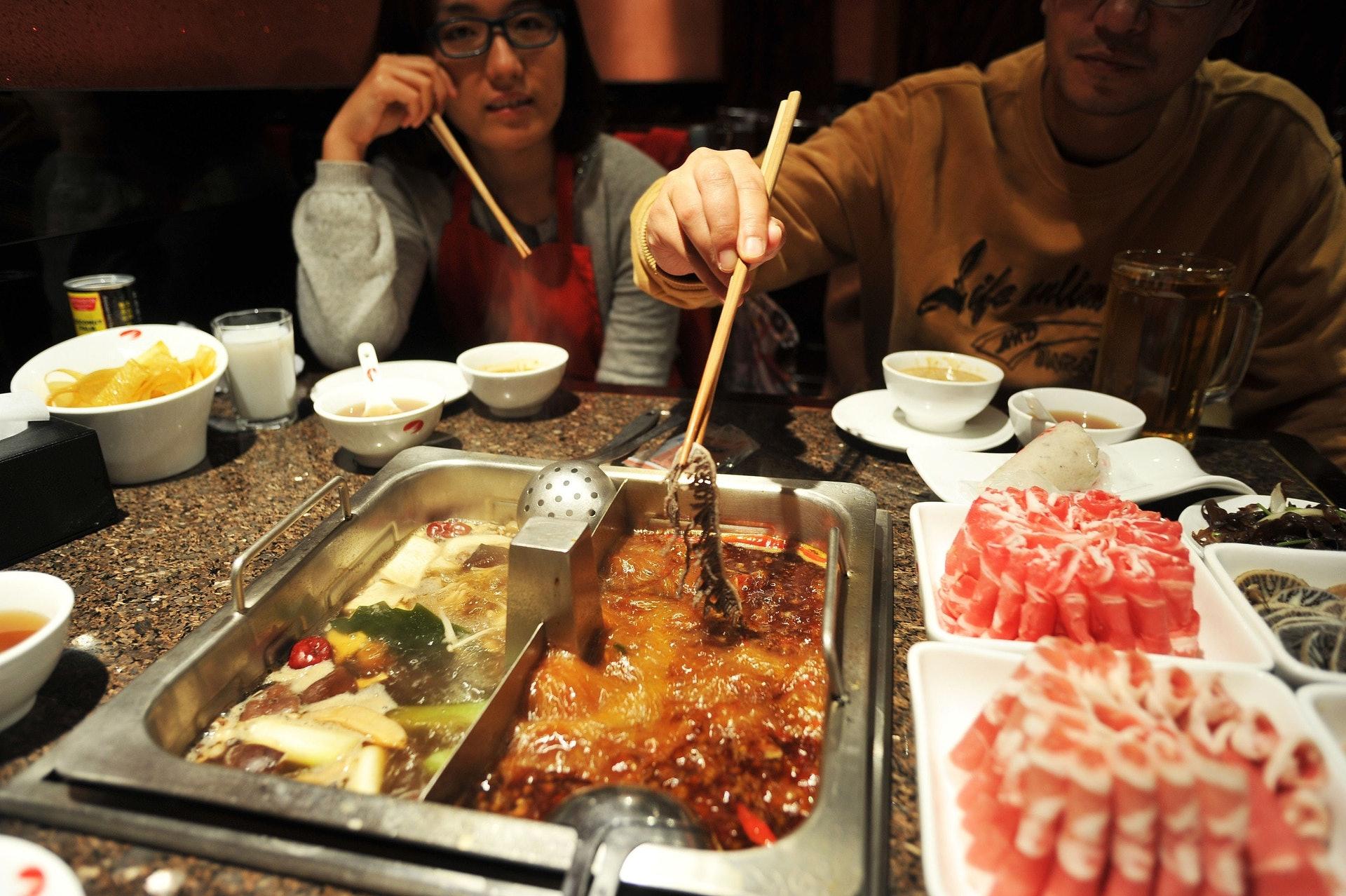 打邊爐進食時間比較長,不少人外出吃任食放題時,更容易因「唔執輸」心態而過量進食。(VCG)