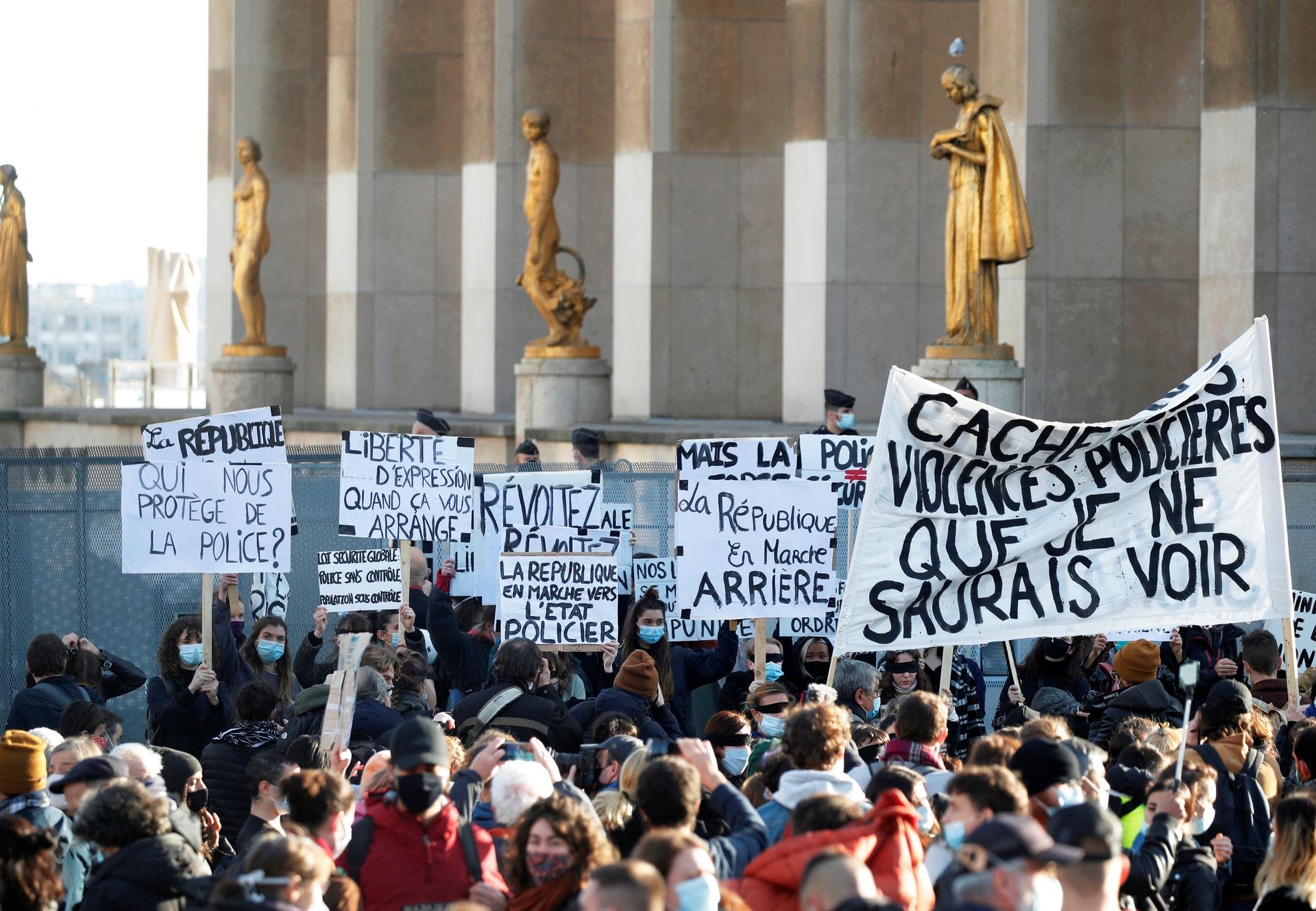 法國示威:圖為11月21日,巴黎民眾在特羅卡德羅廣場示威。(Reuters)