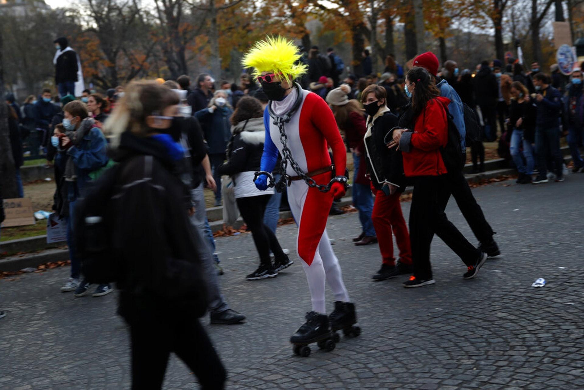 法國示威:巴黎民眾11月21日上街示威,圖為一名穿着奇特的抗議人士身處示威現場。(AP)