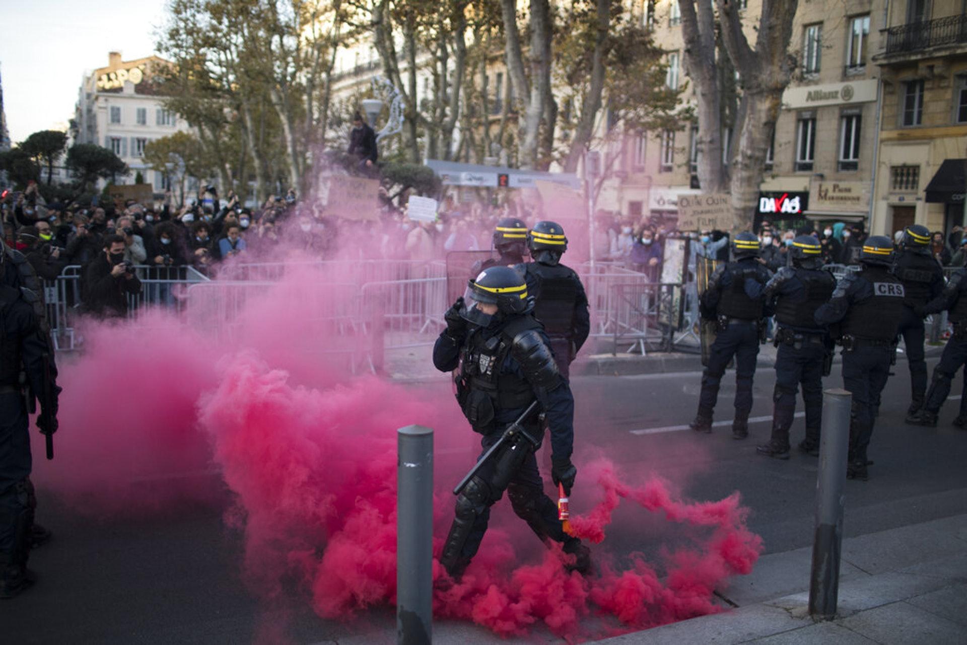 法國示威:防暴警察11月21日在馬賽的示威現場清理抗議人士扔的煙霧彈。(AP)