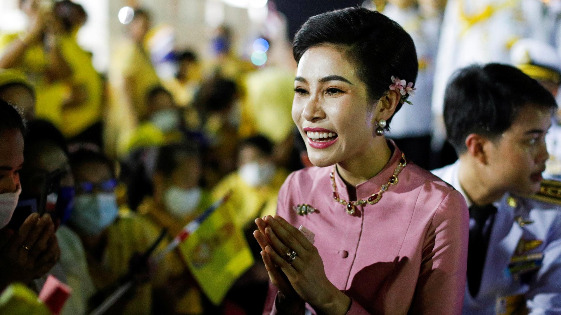 泰國貴妃詩妮娜:圖為11月1日,泰國貴妃詩妮娜在曼谷大皇宮與王室支持者見面。(Reuters)