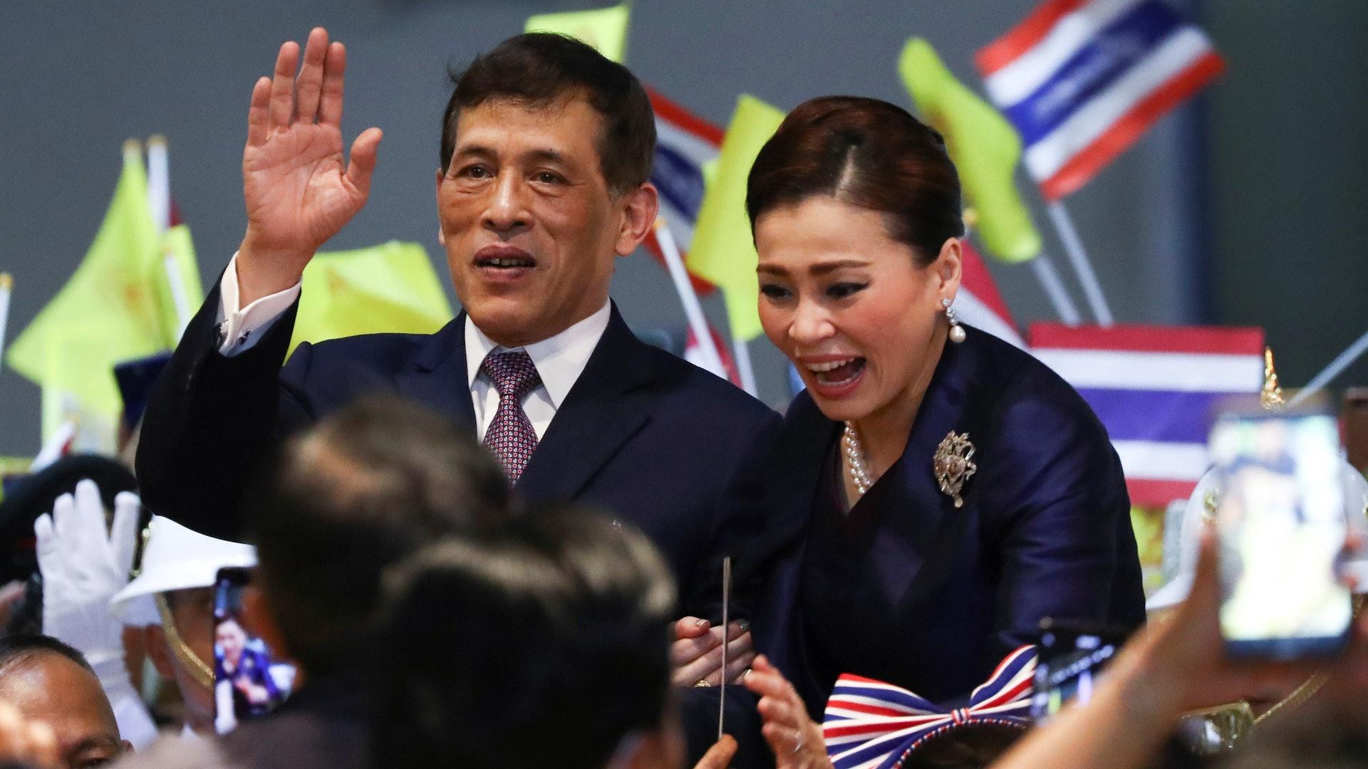 泰國貴妃詩妮娜:圖為11月14日,泰王哇集拉隆功(左)及王后素提達(右)在曼谷市郊出席新地鐵站的開幕禮。(Reuters)