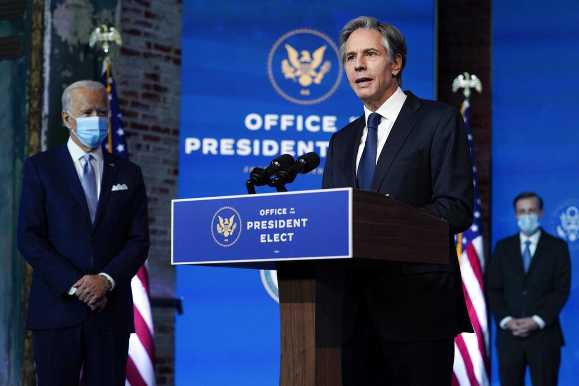 拜登日前公開第一批內閣名單,包括國務卿布林肯(Antony Blinken,右)等。(美聯社)