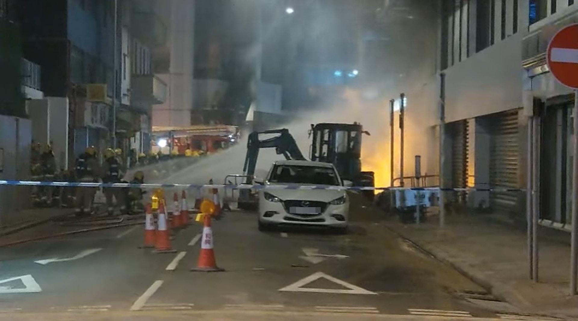 現場火勢猛烈,消防在場射水撲救。(fb「香港突發事故報料區」 影片截圖)