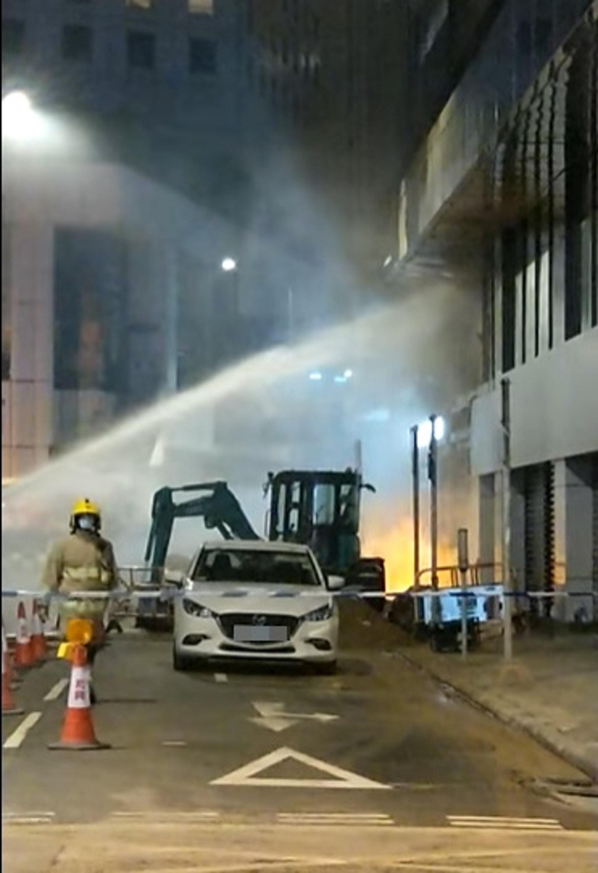 消防在場射水撲救。(fb「香港突發事故報料區」 影片截圖)