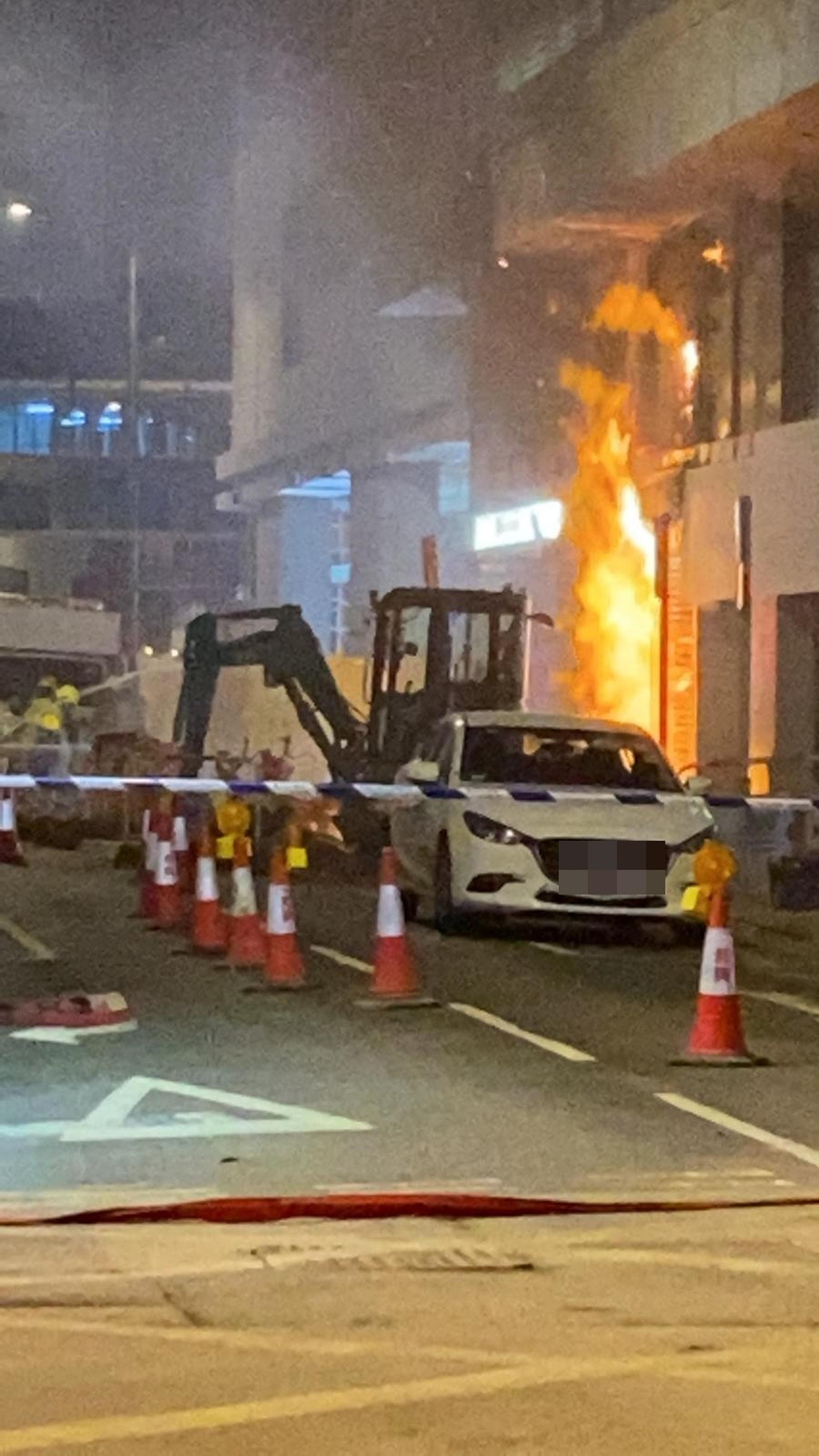 現場不斷噴出烈火。(fb「香港突發事故報料區」 影片截圖)