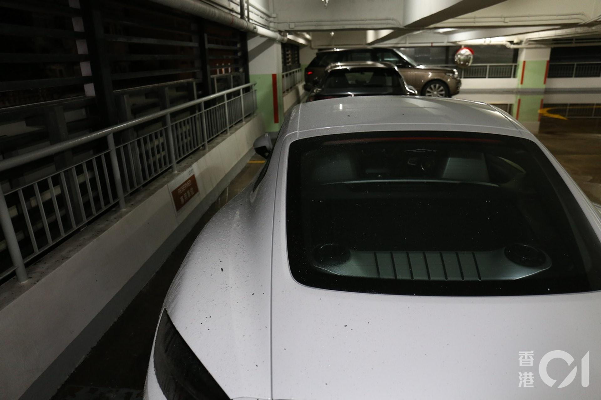 消防射水撲救期間,鄰近資本中心停車場受影響,有保時捷名車被濺濕及沾有灰燼。(劉定安攝)