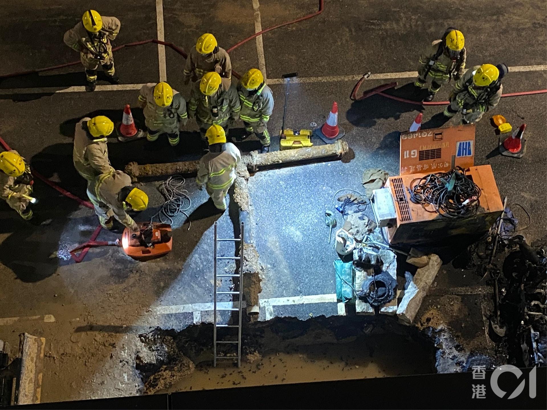消防在起火工程地盤調查。(陳浩然攝)