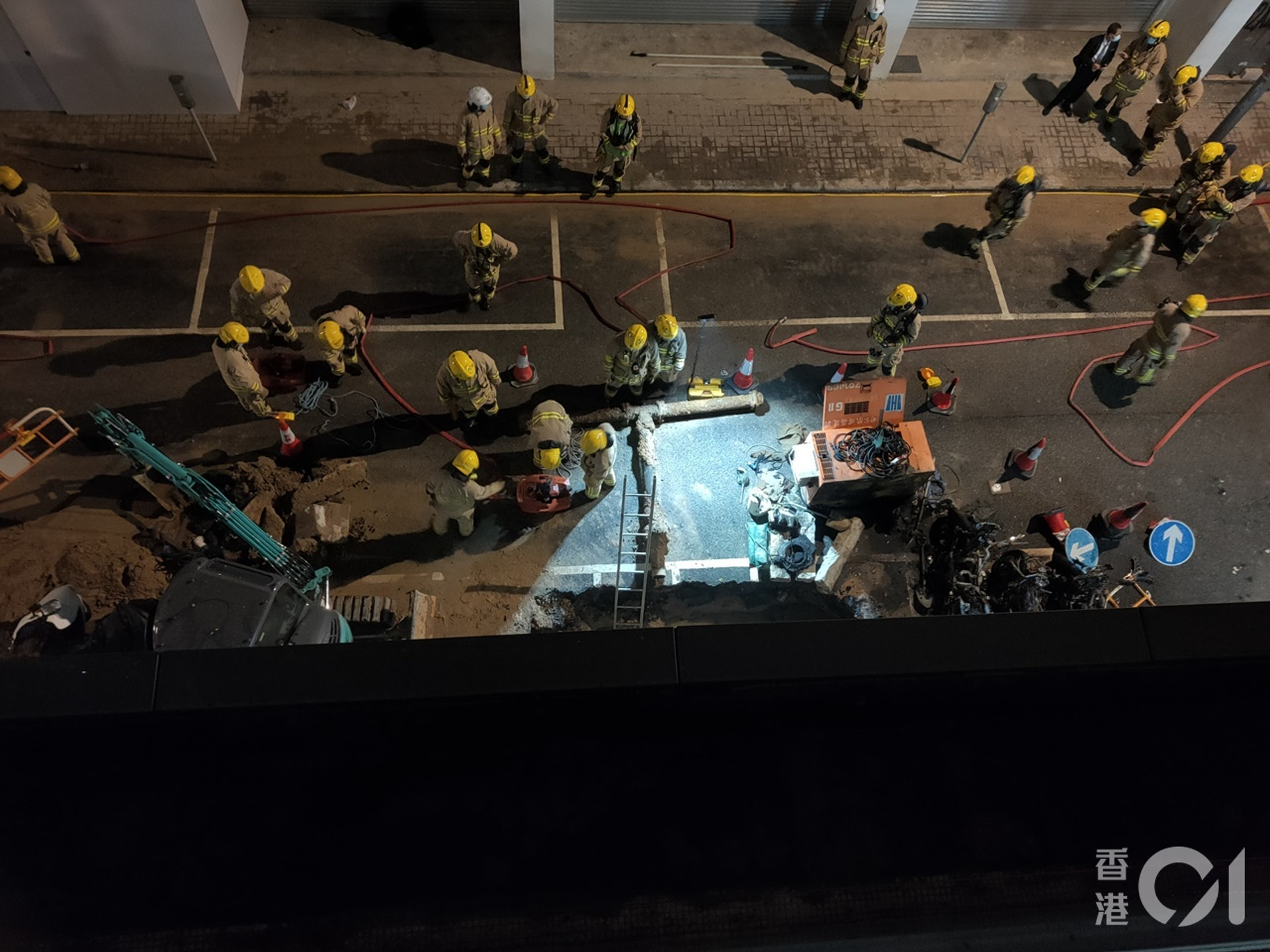 消防在起火工程地盤調查。(劉定安攝)