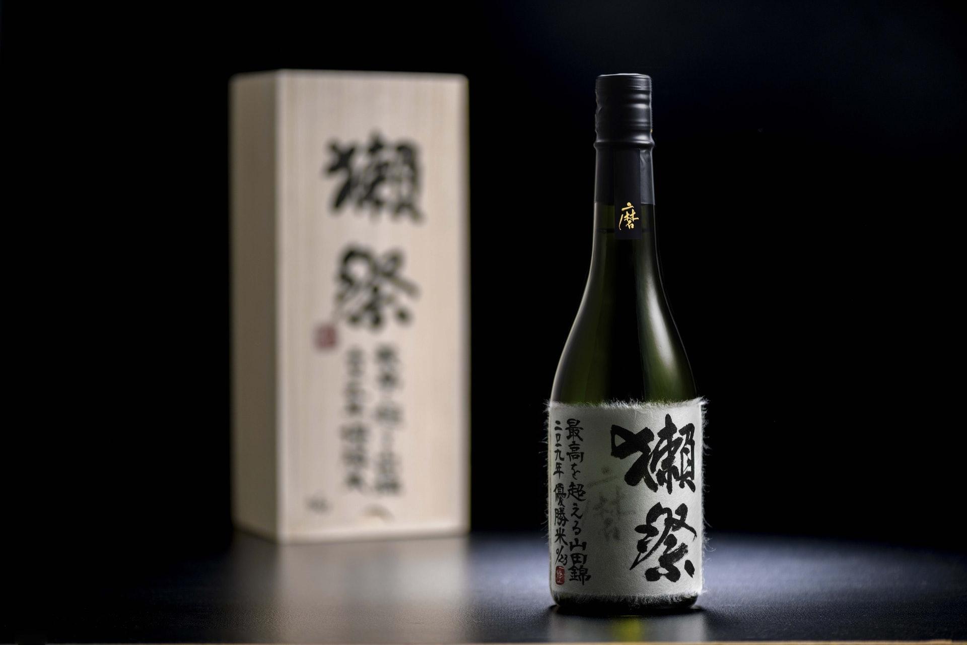 蘇富比拍賣於11月帶來六瓶來自獺祭的「超越極致」山田錦2019年度優勝米限量系列清酒(圖片來源:蘇富比)