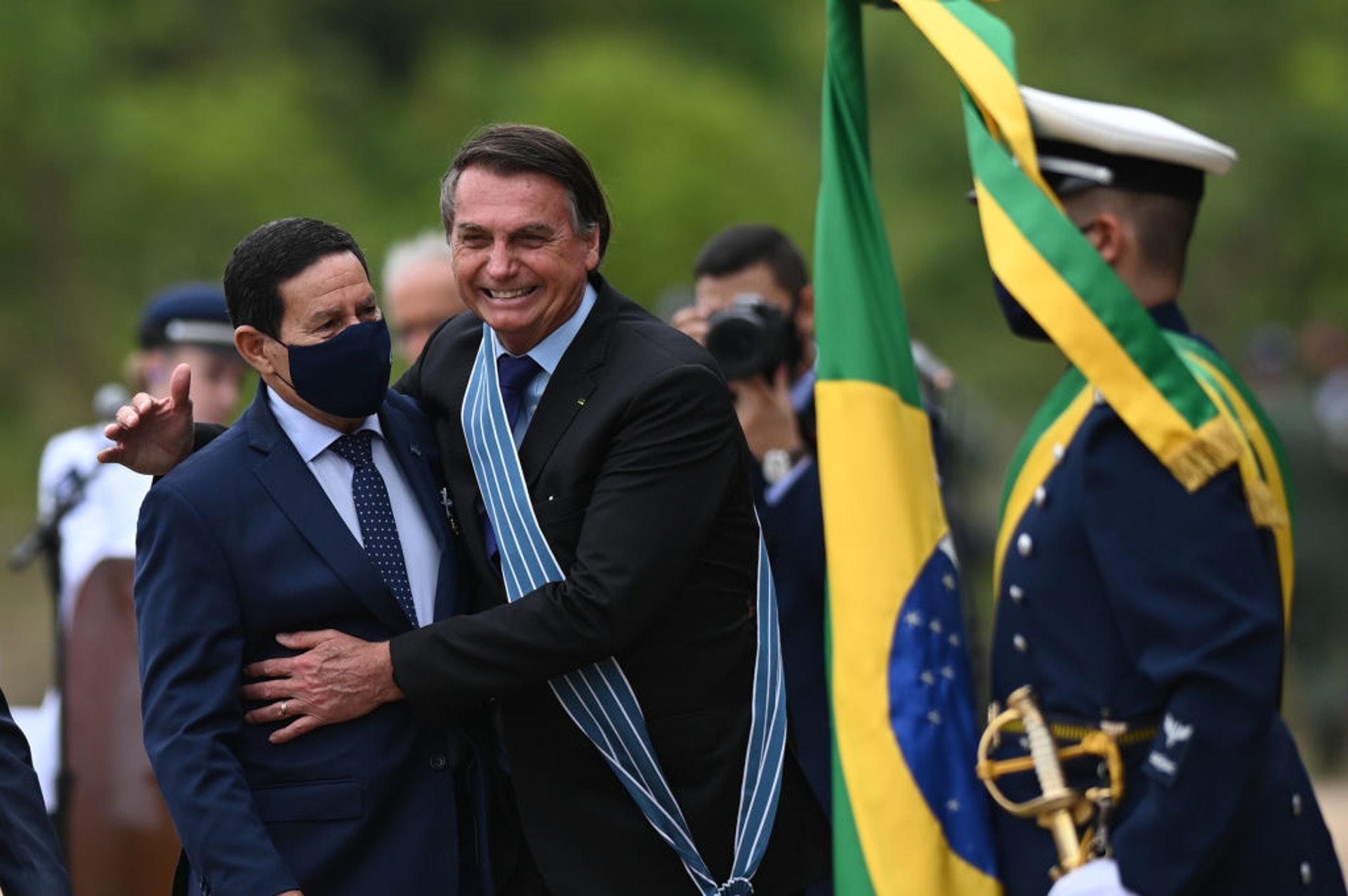 圖為巴西總統博爾索納羅(Jair Bolsonaro,右)10月22日在巴西利亞擁抱副總統莫朗(左)。(Getty)