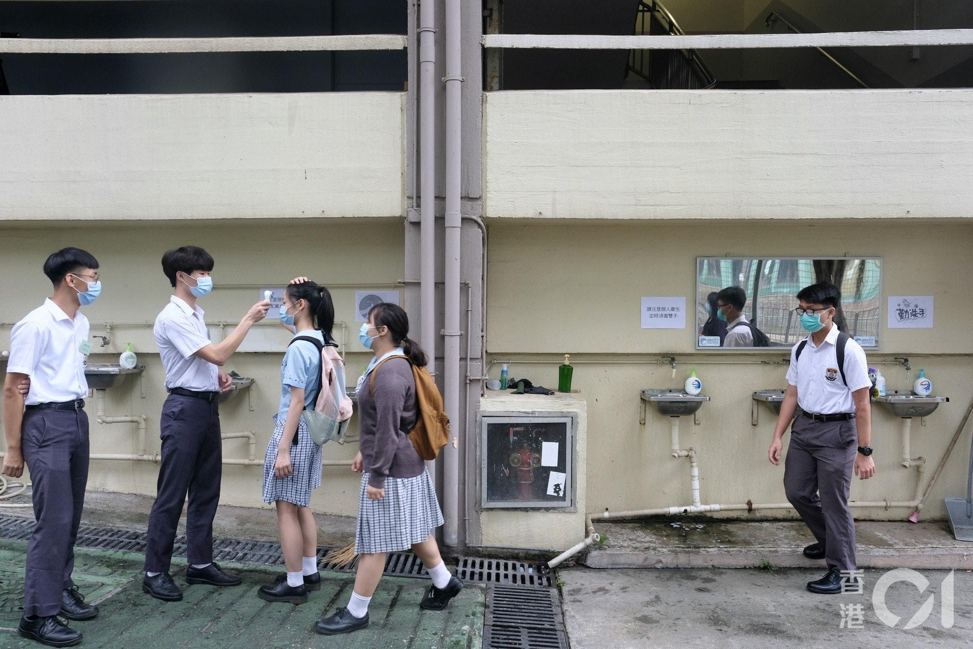 教育局局長楊潤雄指,中學可安排個別班別,包括中一至中六,可回校半天上課,回校學生數量限於全校六分一為上限。(資料圖片/歐嘉樂攝)