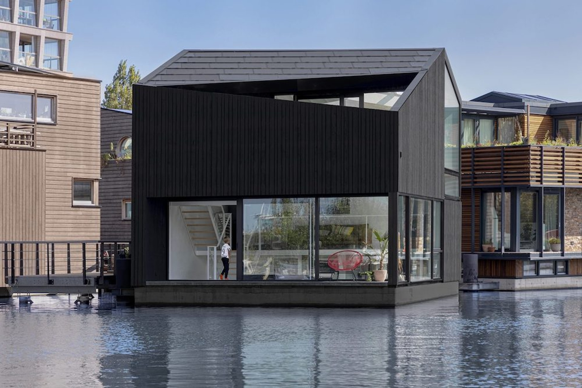位於阿姆斯特丹北部前工業區的Johan van Hasselt運河上Schoonschip(SPACE&MATTER)