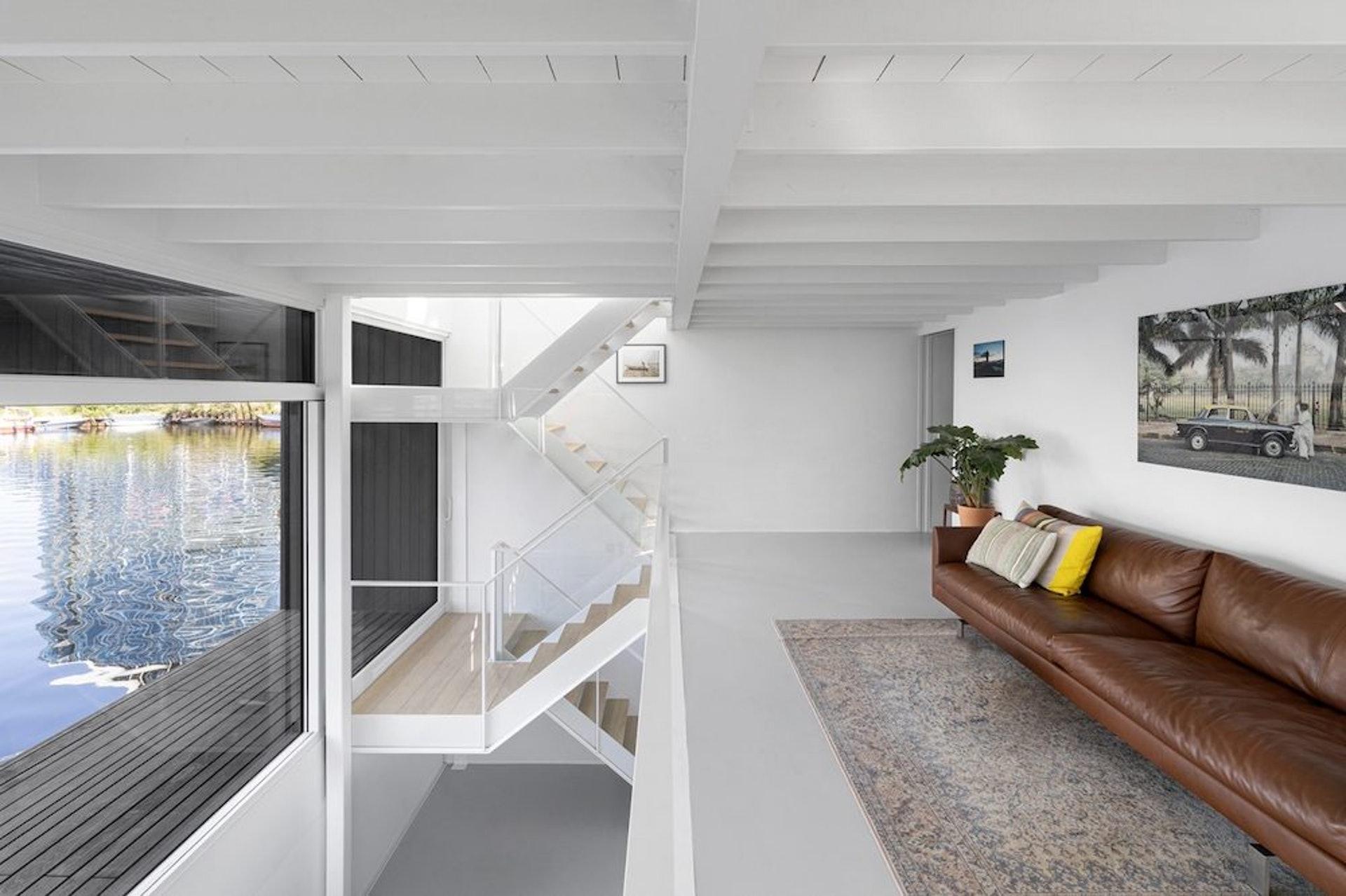 Schoonschip內裡卻充滿明亮溫暖感,跟外牆建築形成強烈對比。(SPACE&MATTER)