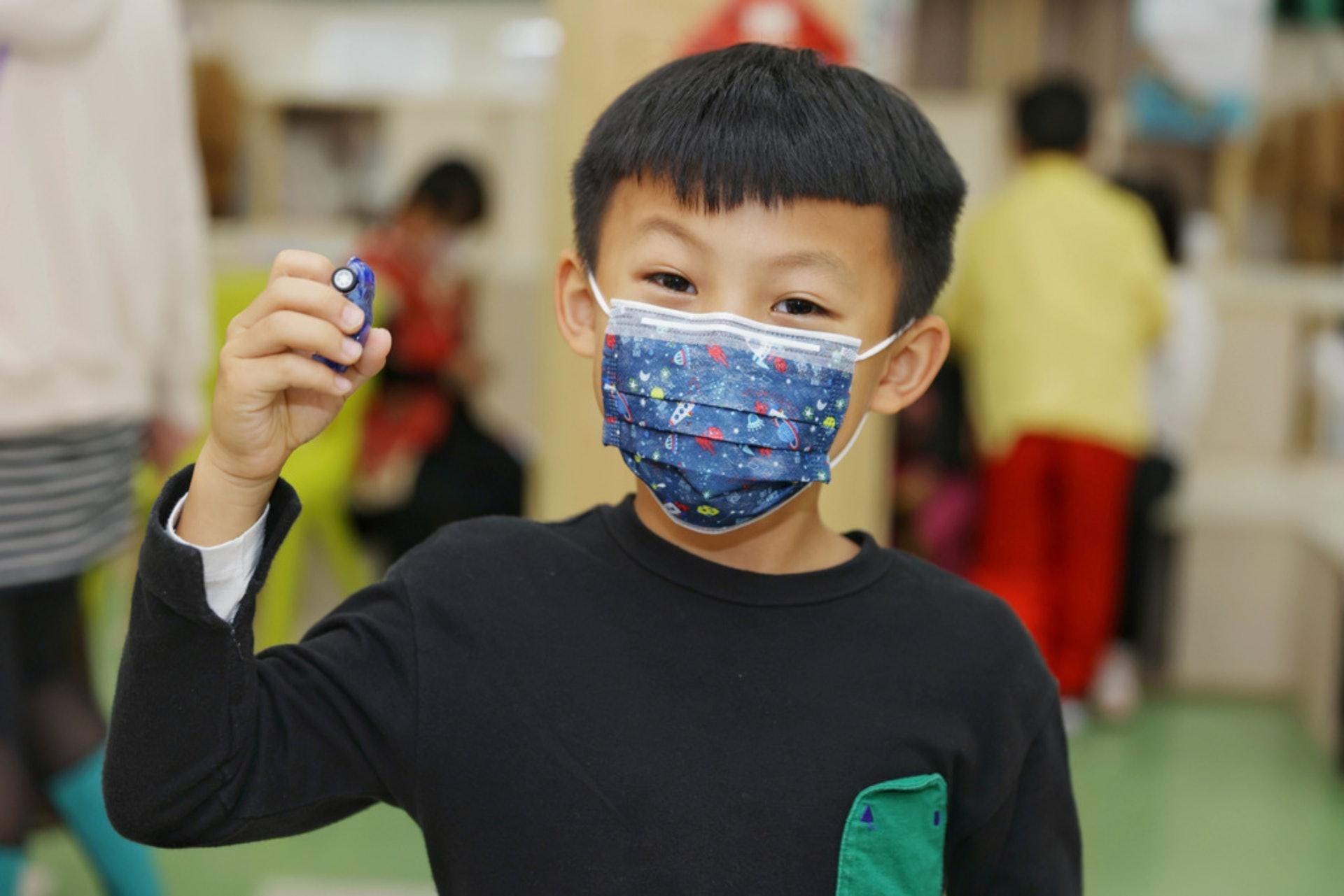 一年級學生可以親身體驗學校年宵,有遊戲有禮物,感到興奮。