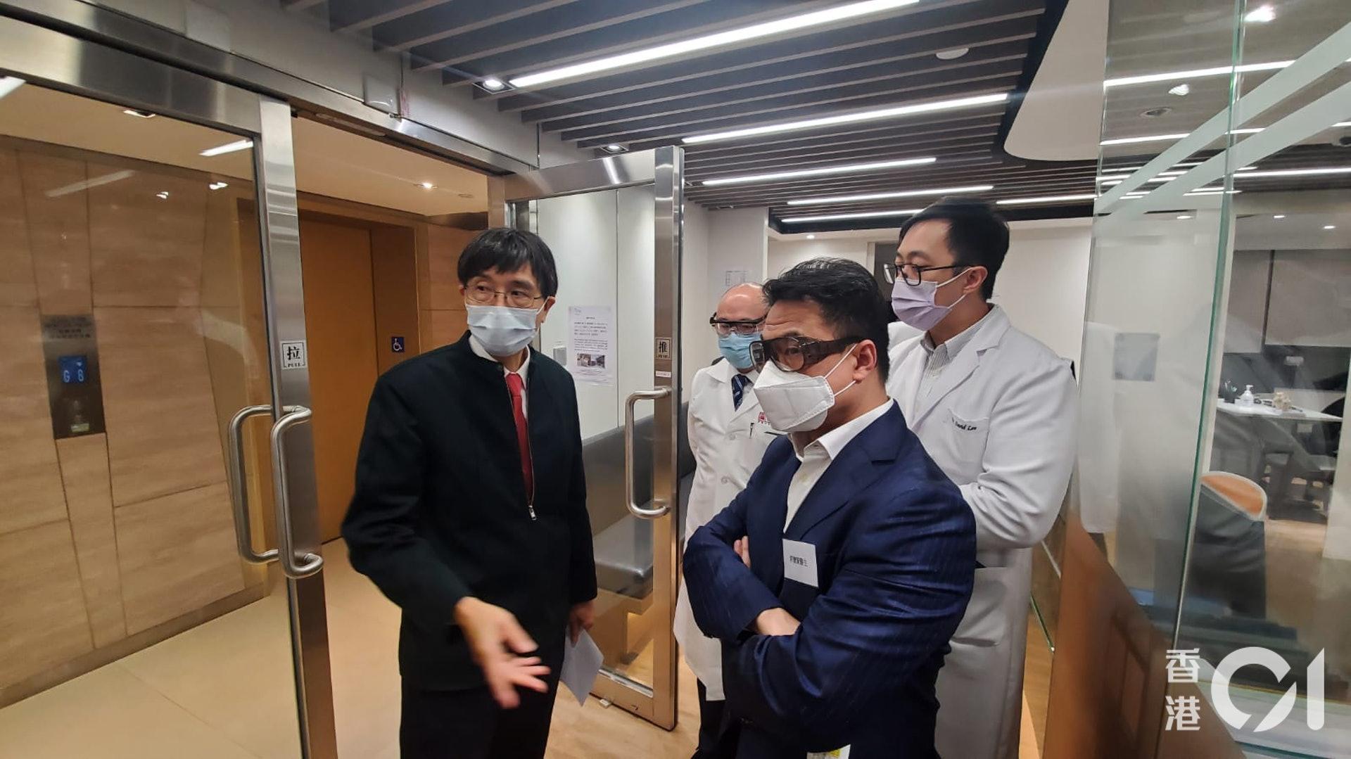 新冠肺炎疫情爆發,催生香港的線上醫療行業急速冒起。圖為袁國勇視察尚至醫療的感染控制措施。(尚至醫療提供)