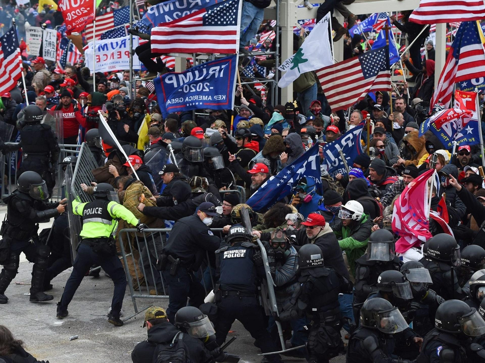 2021年1月6日不滿總統大選結果的特朗普支持者,進佔美國國會大廈,結果與警察爆發激烈衝突。(AFP)