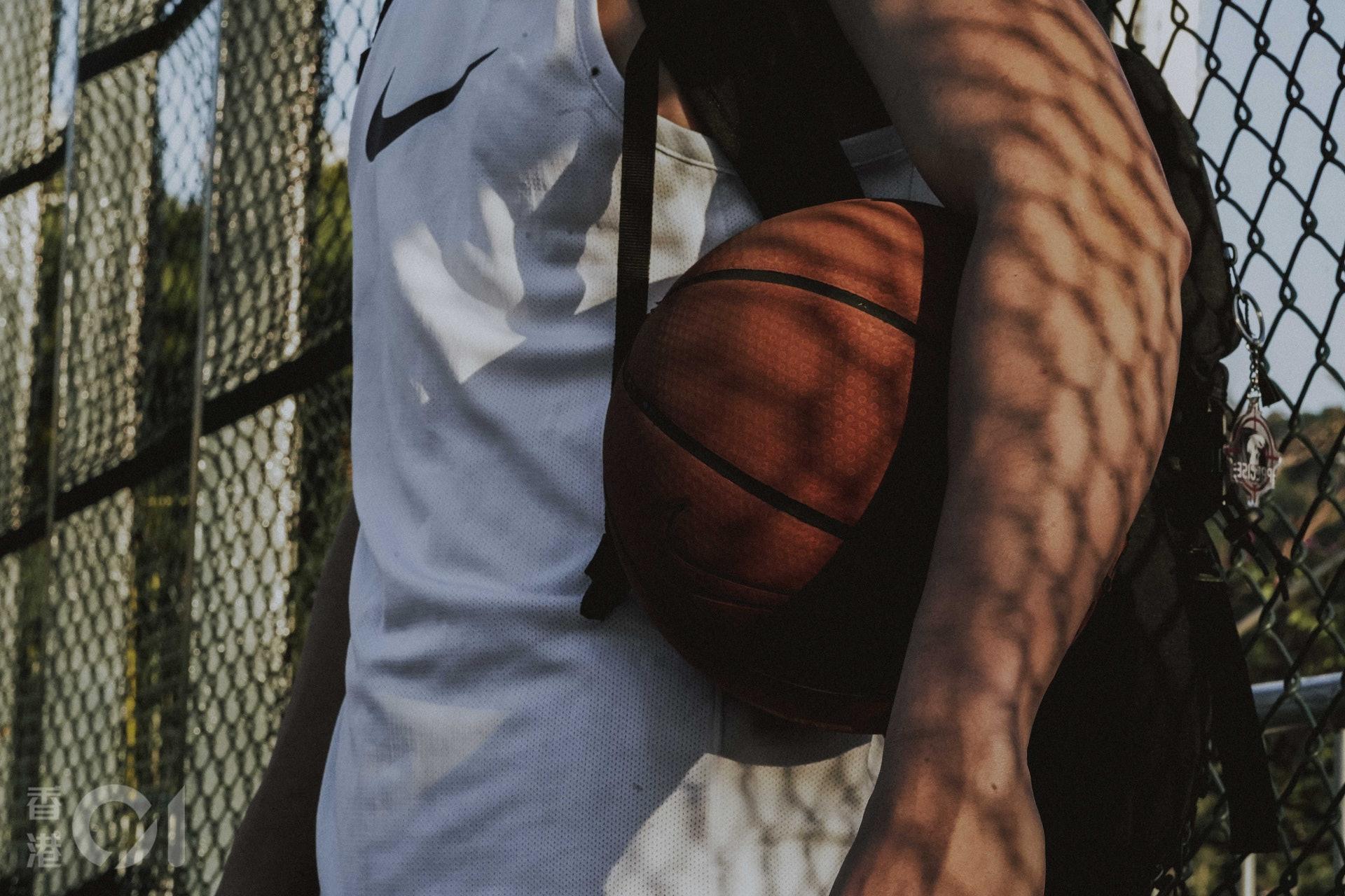 籃球架上的鎖,困住籃球人的牢。(張倩儀攝)