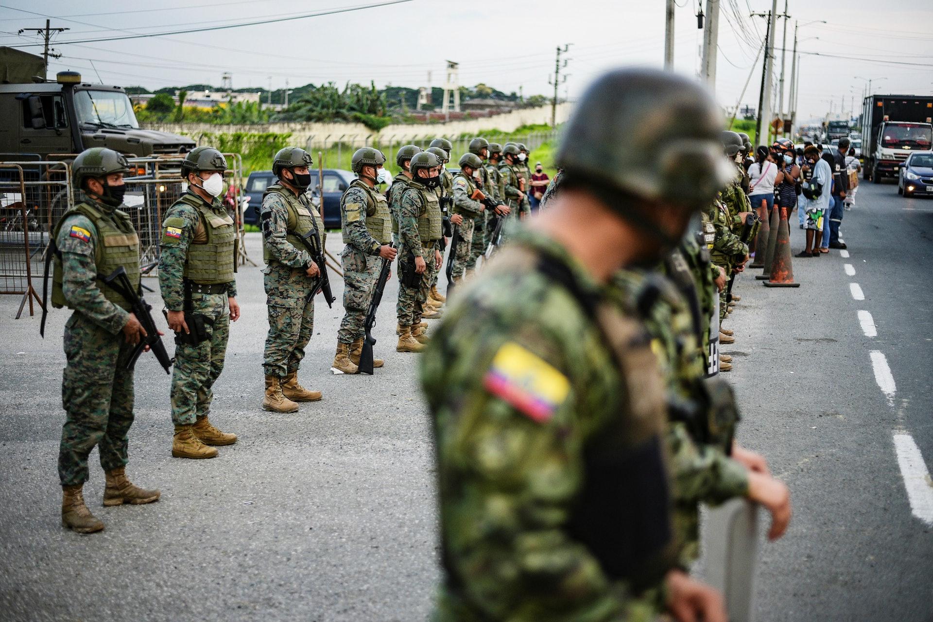 圖為2月23日厄瓜多爾瓜亞基爾一間監獄發生騷亂,有囚犯被殺,士兵在監獄外站崗(Reuters)